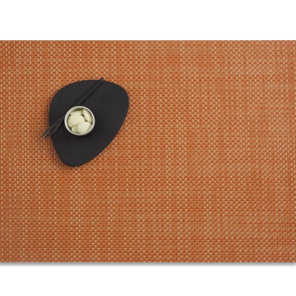 Салфетка подстановочная, жаккардовое плетение, винил, (36х48) Papaya (100110-023) CHILEWICH Basketweave арт. 0025-BASK-PAPAСервировка стола<br>Салфетки и подставки для посуды от американского дизайнера Сэнди Чилевич, выполнены из виниловых нитей — современного материала, позволяющего создавать оригинальные текстуры изделий без ущерба для их долговечности. Возможно, именно в этом кроется главный секрет популярности этих стильных салфеток.<br>Впрочем, это не мешает подставочным салфеткам Chilewich оставаться достаточно демократичными, для того чтобы занять своё место и на вашем столе. Вашему вниманию предлагается широкий выбор вариантов дизайна спокойных тонов, способного органично вписаться практически в любой интерьер.<br><br>длина (см):48материал:винилпредметов в наборе (штук):1страна:СШАширина (см):36.0<br>Официальный продавец CHILEWICH<br>