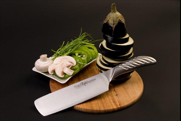 Нож кухонный стальной Накири (165мм) Tojiro Supreme Series DP FD-960Tojiro Supreme Series DP<br>Нож кухонный стальной Накири (165мм) Tojiro Supreme Series DP FD-960<br><br>Серия ножей Tojiro Supreme DP изготовлена при участии известного французского повара Гай Мартина, его хват и предпочтения по эргономике были досконально изучены. В результате появились эти уникальные в своем роде ножи, их рукоятка более массивна и ухватиста, она удобно ложится в более крупные руки европейских поваров, а традиционно японская острая пятка, которая бывает ранит при неаккуратном использовании, в этой серии сильно закруглена и вынесена вперед за пределы досягания указательного пальца. <br>Клинок ножей серии Tojiro Supreme DP изготовлен по трехслойной технологии с использованием стали VG10, закаленной до 61 HRc.<br>Официальный сертифицированный продавец TOJIRO<br>