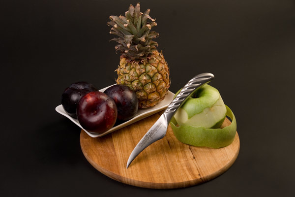 Нож кухонный стальной овощной (70мм) Tojiro Supreme Series DP FD-950Tojiro Supreme Series DP<br>Нож кухонный стальной овощной (70мм) Tojiro Supreme Series DP FD-950<br><br>Серия ножей Tojiro Supreme DP изготовлена при участии известного французского повара Гай Мартина, его хват и предпочтения по эргономике были досконально изучены. В результате появились эти уникальные в своем роде ножи, их рукоятка более массивна и ухватиста, она удобно ложится в более крупные руки европейских поваров, а традиционно японская острая пятка, которая бывает ранит при неаккуратном использовании, в этой серии сильно закруглена и вынесена вперед за пределы досягания указательного пальца. <br>Клинок ножей серии Tojiro Supreme DP изготовлен по трехслойной технологии с использованием стали VG10, закаленной до 61 HRc.<br>Официальный сертифицированный продавец TOJIRO<br>