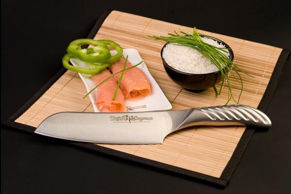 Нож кухонный стальной Сантоку (170мм) Tojiro Supreme Series DP FD-959Tojiro Supreme Series DP<br>Нож кухонный стальной Сантоку (170мм) Tojiro Supreme Series DP FD-959<br><br>Серия ножей Tojiro Supreme DP изготовлена при участии известного французского повара Гай Мартина, его хват и предпочтения по эргономике были досконально изучены. В результате появились эти уникальные в своем роде ножи, их рукоятка более массивна и ухватиста, она удобно ложится в более крупные руки европейских поваров, а традиционно японская острая пятка, которая бывает ранит при неаккуратном использовании, в этой серии сильно закруглена и вынесена вперед за пределы досягания указательного пальца. <br>Клинок ножей серии Tojiro Supreme DP изготовлен по трехслойной технологии с использованием стали VG10, закаленной до 61 HRc.<br>Официальный сертифицированный продавец TOJIRO<br>