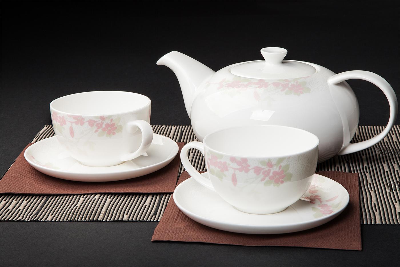 Чайный сервиз Royal Aurel Сакура арт.149, 13 предметовЧайные сервизы<br>Чайный сервиз Royal Aurel Сакура арт.149, 13 предметов<br><br><br><br><br><br><br><br><br><br><br>Чашка 300 мл,6 шт.<br>Блюдце 15 см,6 шт.<br>Чайник 1300 мл<br><br><br><br><br><br><br>Производить посуду из фарфора начали в Китае на стыке 6-7 веков. Неустанно совершенствуя и селективно отбирая сырье для производства посуды из фарфора, мастерам удалось добиться выдающихся характеристик фарфора: белизны и тонкостенности. В XV веке появился особый интерес к китайской фарфоровой посуде, так как в это время Европе возникла мода на самобытные китайские вещи. Роскошный китайский фарфор являлся изыском и был в новинку, поэтому он выступал в качестве подарка королям, а также знатным людям. Такой дорогой подарок был очень престижен и по праву являлся элитной посудой. Как известно из многочисленных исторических документов, в Европе китайские изделия из фарфора ценились практически как золото. <br>Проверка изделий из костяного фарфора на подлинность <br>По сравнению с производством других видов фарфора процесс производства изделий из настоящего костяного фарфора сложен и весьма длителен. Посуда из изящного фарфора - это элитная посуда, которая всегда ассоциируется с богатством, величием и благородством. Несмотря на небольшую толщину, фарфоровая посуда - это очень прочное изделие. Для демонстрации плотности и прочности фарфора можно легко коснуться предметов посуды из фарфора деревянной палочкой, и тогда мы услушим характерный металлический звон. В составе фарфоровой посуды присутствует костяная зола, благодаря чему она может быть намного тоньше (не более 2,5 мм) и легче твердого или мягкого фарфора. Безупречная белизна - ключевой признак отличия такого фарфора от других. Цвет обычного фарфора сероватый или ближе к голубоватому, а костяной фарфор будет всегда будет молочно-белого цвета. Характерная и немаловажная деталь - это невесомая прозрачность изделий из фарфора такая, что сквозь него проходит свет.<br>