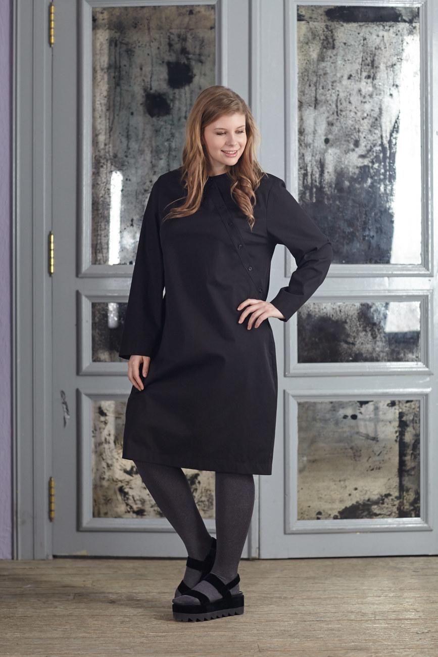 Платье BASE-03 DR04 TM01Платья<br>Хлопковое платье-рубашка в японском стиле с оригинальной застежкой – идеальное решение для любой ситуации. Комбинируйте с жилетами, кардиганами и плотными колготками. За счет встречной складки на спине идеально сидит на любой фигуре. Комфортное и актуальное платье-рубашка бесспорно станет Вашей самой любимой вещью.<br>