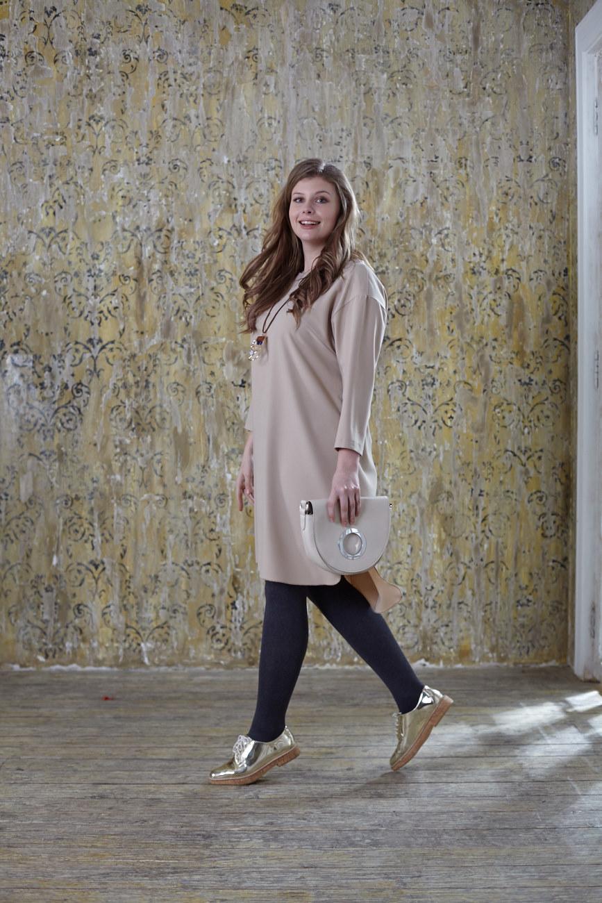 Платье-туника BASE-03 SH01 KR15Платья<br>Стильная туника из мягкой, легкой, комфортной и, к тому же очень ноской ткани – практичная, стильная и фантастически удобная! Разный уровень длины на спине и впереди – добавляет правильной геометрии и стильного акцента образу. С брюками и плотными колготами, а также любой обувью и аксессуарами, Вы всегда в тренде!<br>