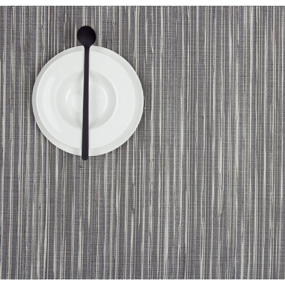 Салфетка подстановочная, жаккардовое плетение, винил, (36х48) Pearl (100136-004) CHILEWICH Rib weave арт. 0027-RIBW-PEARСервировка стола<br>Салфетки и подставки для посуды от американского дизайнера Сэнди Чилевич, выполнены из виниловых нитей — современного материала, позволяющего создавать оригинальные текстуры изделий без ущерба для их долговечности. Возможно, именно в этом кроется главный секрет популярности этих стильных салфеток.<br>Впрочем, это не мешает подставочным салфеткам Chilewich оставаться достаточно демократичными, для того чтобы занять своё место и на вашем столе. Вашему вниманию предлагается широкий выбор вариантов дизайна спокойных тонов, способного органично вписаться практически в любой интерьер.<br><br>длина (см):48материал:винилпредметов в наборе (штук):1страна:СШАширина (см):36.0<br>