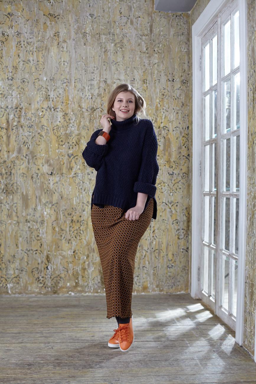 Юбка BASE-03 SK01 SO0/28Юбки<br>Эффектная длинная юбка с мелким рисунком, является основой весеннего гардероба и идеально дополнит любой образ. Мягкая струящаяся ткань позволит Вам чувствовать себя комфортно в любой ситуации и отлично сочетается с туниками, платьями, тяжелыми вязаными свитерами и легкими однотонными блузами..<br>