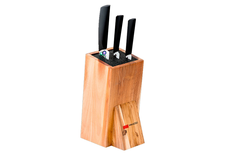 Набор из 3 кухонный керамических ножей Mikadzo Imari и универсальной подставки 4992019Mikadzo Imarii<br>Набор из 3 кухонный керамических ножей Mikadzo Imari и универсальной подставки4992019<br><br>В набор входит:<br><br>Нож кухонный керамический овощной Mikadzo Imari IKW-01-8.6-PA-75<br>Нож кухонный керамический универсальный Mikadzo Imari IKW-01-8.6-UT-125<br>Нож кухонный керамический Шеф Mikadzo Imari IKW-01-8.6-CH-175<br>Универсальная подставка<br><br>MIKADZO Imari – это ножи из циркониевой керамики.<br>Назначение: предназначены для ежедневного нарезания фруктов, овощей и мяса без костей.<br>Обратите внимание, что рисунок на ноже находится только с одной (левой) стороны!<br><br>Основные особенности:<br><br>Ножи MIKADZO Imari обладают высокой степенью твердости до 8.6 по шкале Мооса (Mohs), что приравнивается к 87 HRC.<br>Химическая нейтральность (не переносят ионы металла в пищу, не разрушаются от кислот и жиров в овощах и фруктах, никогда не заржавеют).<br>Продукты, которые вы нарезаете керамическим ножом, не вступают в химическую реакцию, не окисляются и сохраняют все свои полезные свойства.<br>Ножи MIKADZO Imari из циркониевой керамики очень острые и в несколько раз дольше держат заводскую заточку, чем стальные ножи.<br>Керамические ножи MIKADZO из серии Imari достаточно пластичные. они обладают повышенной ударопрочностью и устойчивостью режущей кромки, что гарантирует их эффективное и комфортное использование в течение всего срока службы.<br>Ручка сделана из прорезиненного ABS-пластика, который не скользит в руках.<br><br>Отличительные особенности данных моделей коллекции Imari:<br><br>материал ручки: прорезиненный пластик;<br>материал клинка: циркониевая керамика белого цвета с нанесением уникального рисунка на лезвие ножа; <br>твердость 8.6 по шкале Mooca (Mohc) - 87 HRC.<br><br>Обзор ножей Mikadzo<br><br>История бренда и производства ножей Mikadzo<br>