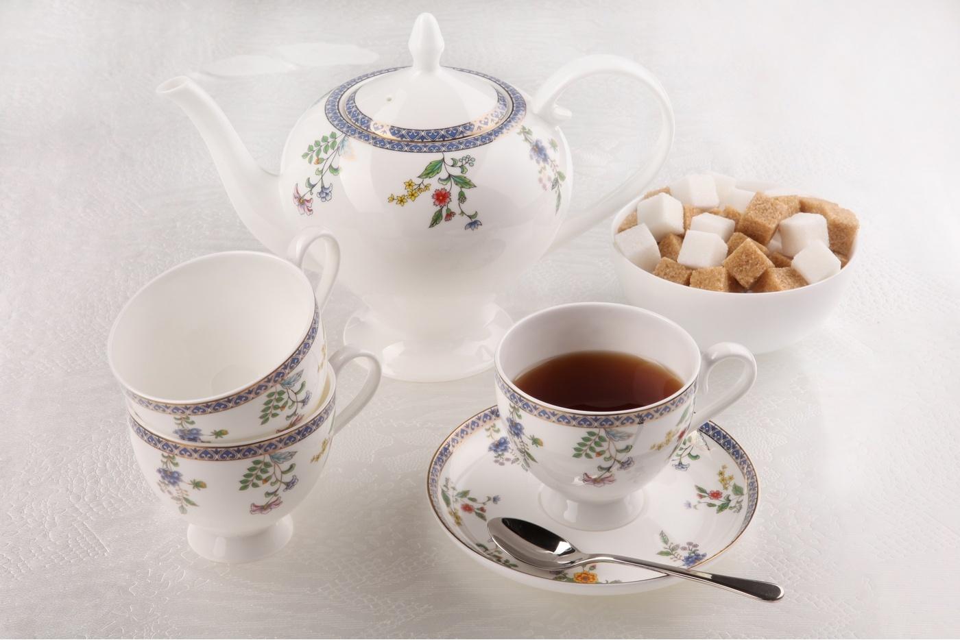 Чайный сервиз Royal Aurel Бавария арт.130, 15 предметовЧайные сервизы<br>Чайный сервиз Royal Aurel Бавария арт.130, 15 предметов<br><br><br><br><br><br><br><br><br><br><br>Чашка 270 мл,6 шт.<br>Блюдце 15 см,6 шт.<br>Чайник 1100 мл<br>Сахарница 370 мл<br><br><br><br><br><br><br><br><br>Молочник 300 мл<br><br><br><br><br><br><br><br><br>Производить посуду из фарфора начали в Китае на стыке 6-7 веков. Неустанно совершенствуя и селективно отбирая сырье для производства посуды из фарфора, мастерам удалось добиться выдающихся характеристик фарфора: белизны и тонкостенности. В XV веке появился особый интерес к китайской фарфоровой посуде, так как в это время Европе возникла мода на самобытные китайские вещи. Роскошный китайский фарфор являлся изыском и был в новинку, поэтому он выступал в качестве подарка королям, а также знатным людям. Такой дорогой подарок был очень престижен и по праву являлся элитной посудой. Как известно из многочисленных исторических документов, в Европе китайские изделия из фарфора ценились практически как золото. <br>Проверка изделий из костяного фарфора на подлинность <br>По сравнению с производством других видов фарфора процесс производства изделий из настоящего костяного фарфора сложен и весьма длителен. Посуда из изящного фарфора - это элитная посуда, которая всегда ассоциируется с богатством, величием и благородством. Несмотря на небольшую толщину, фарфоровая посуда - это очень прочное изделие. Для демонстрации плотности и прочности фарфора можно легко коснуться предметов посуды из фарфора деревянной палочкой, и тогда мы услушим характерный металлический звон. В составе фарфоровой посуды присутствует костяная зола, благодаря чему она может быть намного тоньше (не более 2,5 мм) и легче твердого или мягкого фарфора. Безупречная белизна - ключевой признак отличия такого фарфора от других. Цвет обычного фарфора сероватый или ближе к голубоватому, а костяной фарфор будет всегда будет молочно-белого цвета. Характерная и немаловажная деталь - это нев
