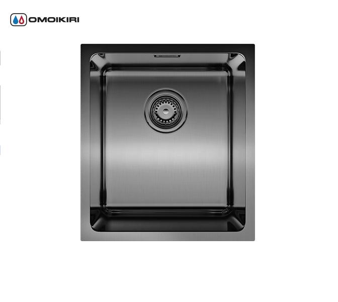 Кухонная мойка из нержавеющей стали OMOIKIRI Notoro 39-GM (4993079)Кухонные мойки из нержавеющей стали<br>Кухонная мойка из нержавеющей стали OMOIKIRI Notoro 39-GM (4993079)<br><br><br>Размер выреза под мойку: 350х400 мм, угловой радиус: 25 мм.<br>Японская высококачественная хромоникелевая нержавеющая сталь.<br>Матовая полировка, устойчивая к появлению царапин.<br>Упаковка обеспечивает максимально безопасную транспортировку.<br>В комплект включены крепления, выпуск.<br>Шумоподавляющее покрытие состоит из 2-х компонентов: резиновые накладки с 4-х сторон и специальный противошумный состав.<br><br><br>Комплектация:<br><br>донный клапан;<br>крепления;<br>сифон.<br><br><br><br><br><br><br>Нержавеющая сталь OMOIKIRI<br>Вся нержавеющая сталь OMOIKIRI соответствует маркировке 18/8. Это аустенитная сталь содержит 18% хрома и 8% никеля, что обеспечивает ее максимальную защиту от коррозии.<br>Нержавеющая сталь OMOIKIRI подвергается уникальной обработке холодом «GOKIN»©, повышающей ее твердость и износостойкость.<br><br><br><br><br><br>PVD- и ORB-покрытия<br>Компания OMOIKIRI активно использует новейшие виды износостойких покрытий — PVD и ORB. Технология PVD заключается в напылении конденсации из паровой (газовой) фазы на исходный материал, что придает продукции твёрдость, стойкость и антиаллергические свойства. ORB-покрытие наделяет смеситель оттенком промасленной бронзы.<br><br><br><br><br><br>Кухонные мойки из нержавеющей стали OMOIKIRI при производстве проходят три этапа контроля качества:<br><br>контроль состава нержавеющей стали на соответствие стандартам содержания цветных металлов и указанной маркировке;<br>проверка качества металлических заготовок перед производством;<br>контроль качества изделий на всех этапах производства.<br><br><br><br><br><br>Руководство по монтажу<br><br><br><br>Официальный сертифицированный продавец OMOIKIRI™<br>