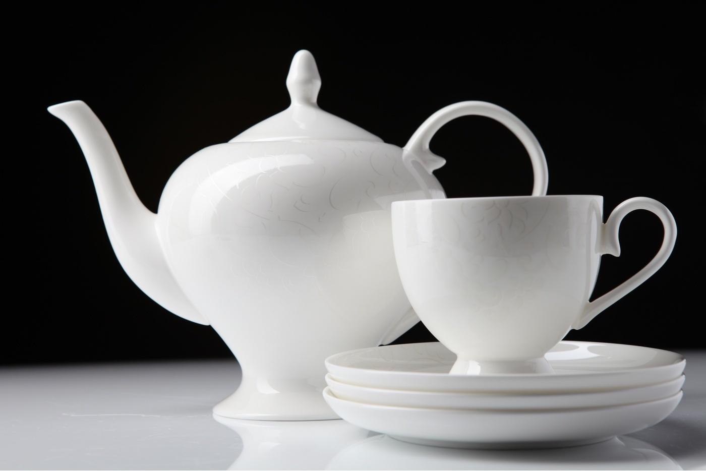 Чайный сервиз Royal Aurel Облака арт.106, 15 предметовЧайные сервизы<br>Чайный сервиз Royal Aurel Облака арт.106, 15 предметов<br><br><br><br><br><br><br><br><br><br><br>Чашка 270 мл,6 шт.<br>Блюдце 15 см,6 шт.<br>Чайник 1100 мл<br>Сахарница 370 мл<br><br><br><br><br><br><br><br><br>Молочник 300 мл<br><br><br><br><br><br><br><br><br>Производить посуду из фарфора начали в Китае на стыке 6-7 веков. Неустанно совершенствуя и селективно отбирая сырье для производства посуды из фарфора, мастерам удалось добиться выдающихся характеристик фарфора: белизны и тонкостенности. В XV веке появился особый интерес к китайской фарфоровой посуде, так как в это время Европе возникла мода на самобытные китайские вещи. Роскошный китайский фарфор являлся изыском и был в новинку, поэтому он выступал в качестве подарка королям, а также знатным людям. Такой дорогой подарок был очень престижен и по праву являлся элитной посудой. Как известно из многочисленных исторических документов, в Европе китайские изделия из фарфора ценились практически как золото. <br>Проверка изделий из костяного фарфора на подлинность <br>По сравнению с производством других видов фарфора процесс производства изделий из настоящего костяного фарфора сложен и весьма длителен. Посуда из изящного фарфора - это элитная посуда, которая всегда ассоциируется с богатством, величием и благородством. Несмотря на небольшую толщину, фарфоровая посуда - это очень прочное изделие. Для демонстрации плотности и прочности фарфора можно легко коснуться предметов посуды из фарфора деревянной палочкой, и тогда мы услушим характерный металлический звон. В составе фарфоровой посуды присутствует костяная зола, благодаря чему она может быть намного тоньше (не более 2,5 мм) и легче твердого или мягкого фарфора. Безупречная белизна - ключевой признак отличия такого фарфора от других. Цвет обычного фарфора сероватый или ближе к голубоватому, а костяной фарфор будет всегда будет молочно-белого цвета. Характерная и немаловажная деталь - это невес