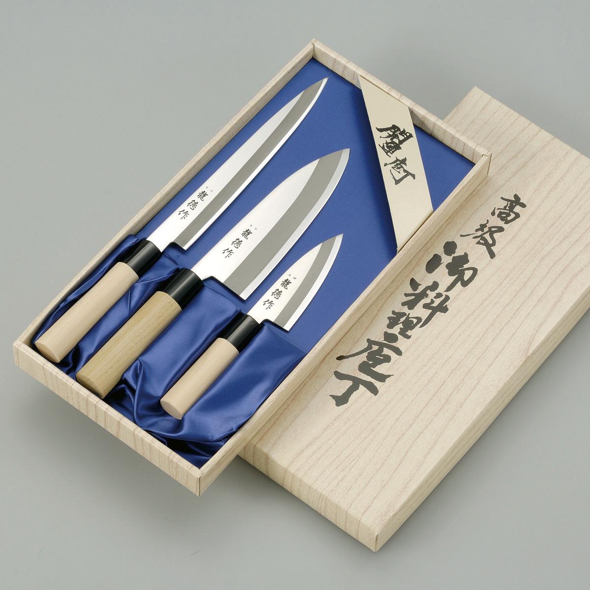 Набор из 3 кухонный стальных ножей Tojiro Ryuutoku-saku FC-123Tojiro Japanese Knife<br>Набор из 3 кухонный стальных ножей Tojiro Ryuutoku-saku FC-123<br><br>В набор входит:<br><br>Нож Мини Дэба 105мм<br>Нож Сантоку 170мм<br>Нож Янагиба210мм<br><br>Отличительные особенности<br>Что резать:<br><br>Нож Мини Дэба - предназначен дляотделение филе от кости, нарезки стейков, обезглавливание рыбы, рубка сухожилийихрящей.<br>Нож Сантоку - подходит для нарезки любых продуктов (мясо, рыба, овощи, фрукты).<br>Нож Янагиба - предназначен для нарезки рыбного филе,для приготовления суши, сашими и других характерных японских блюд.<br><br>Материал лезвия:сталь Shirogami – это одна из древнейших технологий в производстве высокоуглеродистых сталей, так называемые «чистые стали», практически без примесей легирующих элементов. Простейшее, идеальное представление о стали – это сплав железа и углерода. Сталь Shirogami близка к такому идеалу. Такая сталь позволяет добиться эталонных режущих свойств, поэтому так ценится в стране Восходящего Солнца.<br>Материал рукоятки:деревянная рукаятка обладает легким весом и отлично лежит в руке.<br>Кому подойдет:хорошее соотношение цена-качество, отлично подойдет как для домашнего использования, так и для Шеф поваров.<br>Официальный сертифицированный продавец TOJIRO<br>