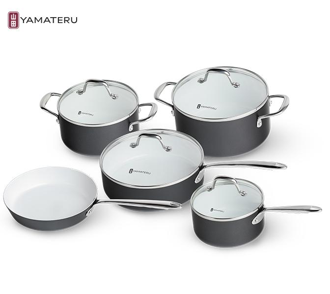 Набор посуды 9 предметов Yamateru Akekure YAKSET9Наборы посуды<br>Набор посуды 9предметов Yamateru Akekure YAKSET9<br><br><br>Decorative Color &amp; Aluminium — это посуда, созданная с мыслью об экологичности и безопасности каждой детали и каждого этапа производства. Лучшие марки нержавеющей стали и эмалей набора Midori, утолщенный пищевой алюминий в посуде Akekure — решения, которые не оставляют никаких сомнений в том, что в каждом рецепте кастрюля или сковорода только подчеркнет достоинства продуктов.<br><br><br>Инженеры YAMATERU точно знают: один из важнейших аспектов безопасности посуды — это состав антипригарного покрытия, и именно поэтому приложили максимум усилий к созданию природной, экологичной, но эффективной технологии Ecoceramic. В числе других это решение особенно востребовано ценителями качественной и безопасной во всех отношениях посуды — кастрюль и сковород Akekure. Серия Decorative Color &amp; Aluminium — это возможность выбрать те цветовые решения, которые подойдут для интерьера Вашей кухни безупречно. И воспользоваться этой возможностью Вы можете прямо сейчас.<br>В набор Yamateru Midoriвходит:<br><br><br><br><br><br>Ковш Yamateru Akekure18 см +стеклянная крышка<br>Диаметр: 18см<br>Объем: 2,0л<br>Толщина дна: 5мм<br>Толщина стенок: 5мм<br>Высота стенок: 8,5см<br><br><br><br><br><br>КастрюляYamateru Akekure20см +стеклянная крышка<br>Диаметр: 20см<br>Объем: 2,8л<br>Толщина дна: 5мм<br>Толщина стенок: 5мм<br>Высота стенок: 9,5см<br><br><br><br><br><br>КастрюляYamateru Akekure24 см +стеклянная крышка<br>Диаметр: 24см<br>Объем: 5,0л<br>Толщина дна: 5мм<br>Толщина стенок: 5мм<br>Высота стенок: 11,5см<br><br><br><br><br><br>СковородаYamateru Akekure24 см<br>Диаметр: 24см<br>Объем: 1,8л<br>Толщина дна: 5мм<br>Толщина стенок: 5мм<br>Высота стенок: 4,5см<br><br><br><br><br><br>СотейникYamateru Akekure26 см +стеклянная крышка<br>Диаметр: 26см<br>Объем: 3,8л<br>Толщина дна: 5мм<br>Толщина стенок: 5мм<br>Высота стенок: 7,5см<br><br><br><br><br>Отличительные осо