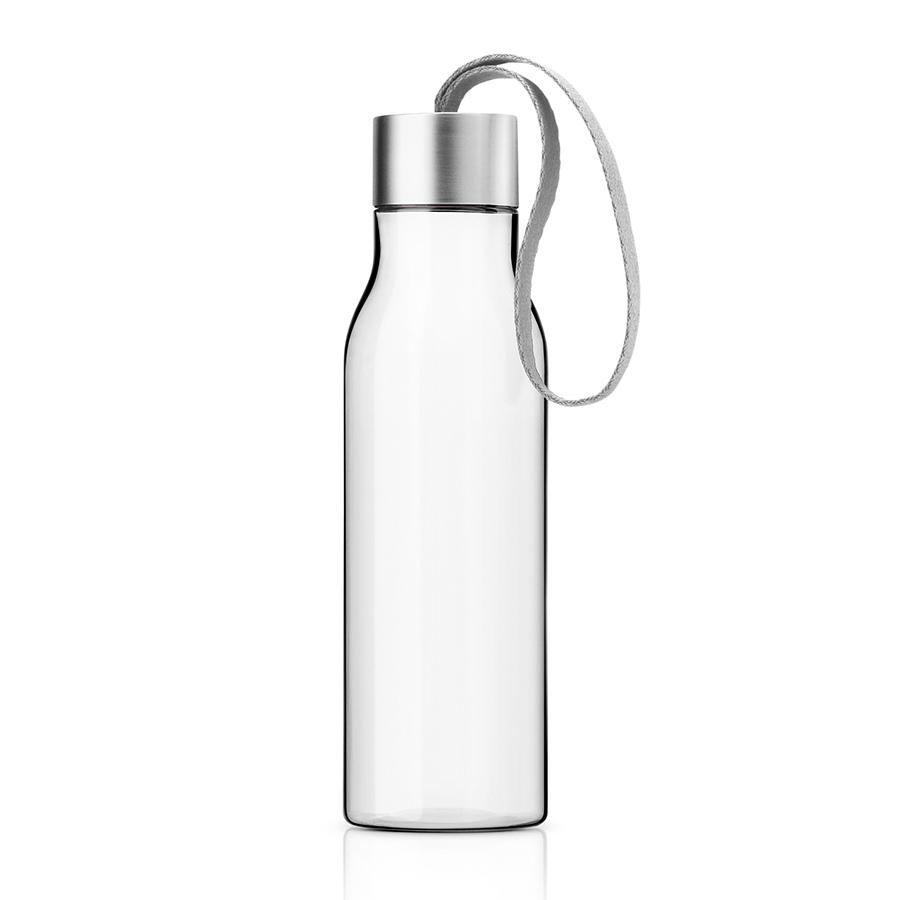 Бутылка 500 мл мраморно-серая Eva Solo 503025Бутылочки<br>Бутылка 500 мл мраморно-серая Eva Solo 503025<br><br>Небольшая пластиковая бутылка объемом 0,5 л прекрасно подойдет для прогулок пешком или на велосипеде, а также для занятий спортом. Благодаря силиконовому ремешку бутылку удобно переносить в руках, а герметично закрывающаяся крышка не позволяет жидкости разлиться, если бутылка находится в сумке. Модель выполнена из качественного ударопрочного пластика, в составе которого отсутствуют вредоносные примеси, такие как фталаты и бисфенол-А. Бутылка подходит для мытья в посудомоечной машине, крышку рекомендуется мыть вручную.<br>