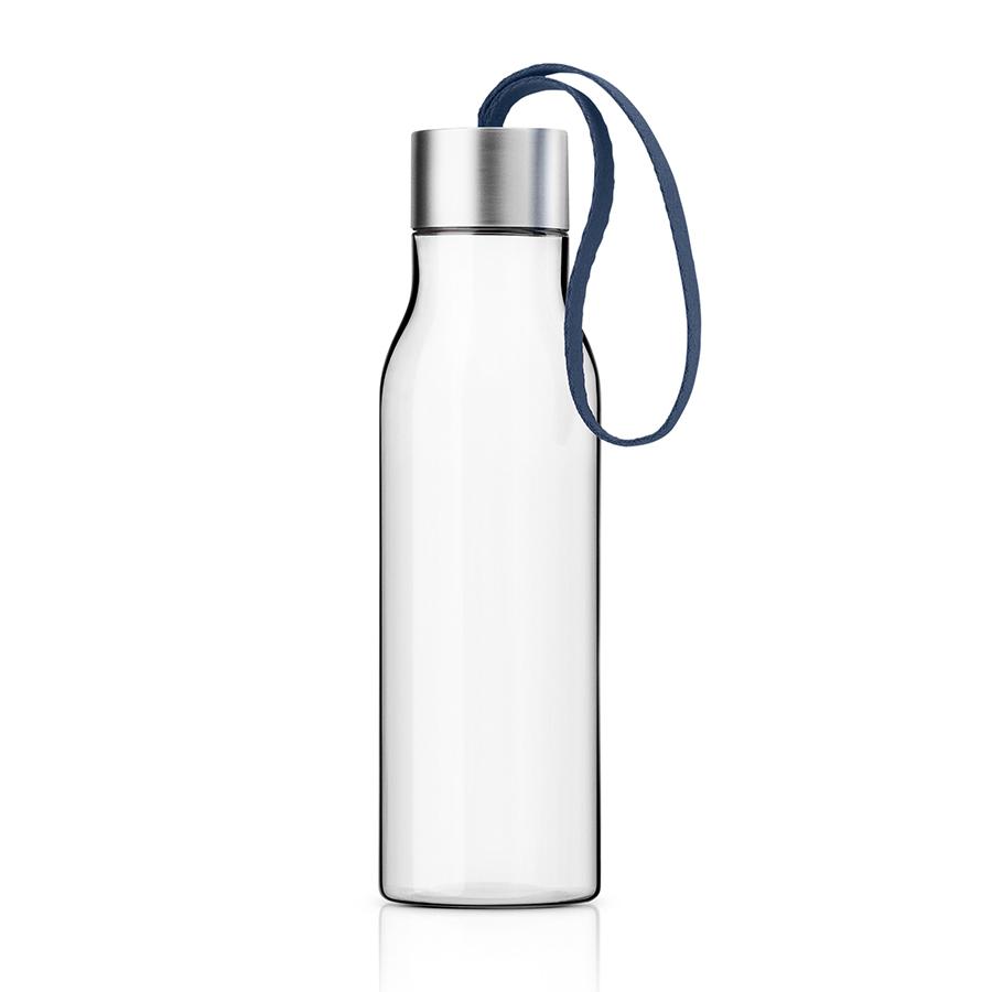 Бутылка 500 мл тёмно-синяя Eva Solo 503028Бутылочки<br>Бутылка 500 мл тёмно-синяя Eva Solo 503028<br><br>Небольшая пластиковая бутылка объемом 0,5 л прекрасно подойдет для прогулок пешком или на велосипеде, а также для занятий спортом. Благодаря силиконовому ремешку бутылку удобно переносить в руках, а герметично закрывающаяся крышка не позволяет жидкости разлиться, если бутылка находится в сумке.<br> Модель выполнена из качественного ударопрочного пластика, в составе которого отсутствуют вредоносные примеси, такие как фталаты и бисфенол-А. Бутылка подходит для мытья в посудомоечной машине, крышку рекомендуется мыть вручную.<br>