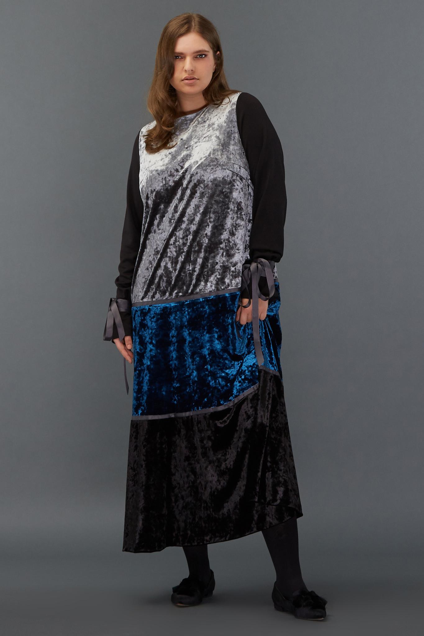 Платье бархатное LE-09 D09 06/20Платья<br>Что сделала бы любая из сказочных принцесс, чудесным образом оказавшись в нашем мире? Конечно, сменила бы свой неудобный наряд на это платье! Бархатное, длинное, слегка прилегающее, закрытое, как средневековые одежды, с округлой горловиной и контрастными по фактуре рукавами, перехваченными лентами у запястий… Оно сочетает в себе три небанальных цвета и может стать прекрасной компанией как для лаковых туфель, так и для кроссовок - ведь современные принцессы выбирают комфорт.  Рост модели на фото 178 см, размер 54 (российский).<br>