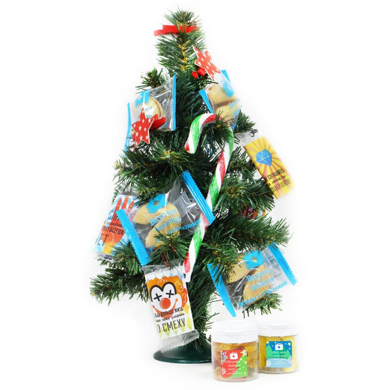 Ёлочка «Новогодняя» со сладостями в подарочной упаковкеДетям<br>Уже скоро Новый год 2018, повсюду пахнет мандаринами, иногда можно встретить оленей Деда Мороза... Но чего-то не хватает для создания настоящего новогоднего настроения! Мы, команда Вкусной помощи, знаем, чего, и поэтому представляем вам Её...Ёлку! Зеленую и с подарками! Она уже наряжена вкусными новогодними подарками!<br>Наша Ёлка хоть и искусственная, но очень качественная, аккуратная и абсолютно безопасная. Она достойна самого заметного места в вашем жилище, чтобы Вы всегда могли любоваться ею, а Ваши гости приходили в восторг от Вашего вкуса! И не надо бояться, что Ваша любимая кошка (если конечно у Вас есть кошка), проходя мимо, смахнет её хвостом - Зеленая красавица стоит весьма устойчиво.<br>Покупайте нашу елку искусственную и сберегите природу! Сладкого Вам Нового года 2018!<br>Что на ёлке:  <br><br>Мини-доза с банановым мармеладом<br>Мини-доза с Золотыми мишками<br>Три вкусных пакетика яблочной пастилы «Мотиваторы»<br>Рождественская трость –сладкий леденец<br>Печеньки с новогодними предсказаниями<br><br>Размеры коробки (Д х Ш х В):20 см х 20 см 36 см<br>Размеры ёлки (Ш х В):17 см х 35 см<br>