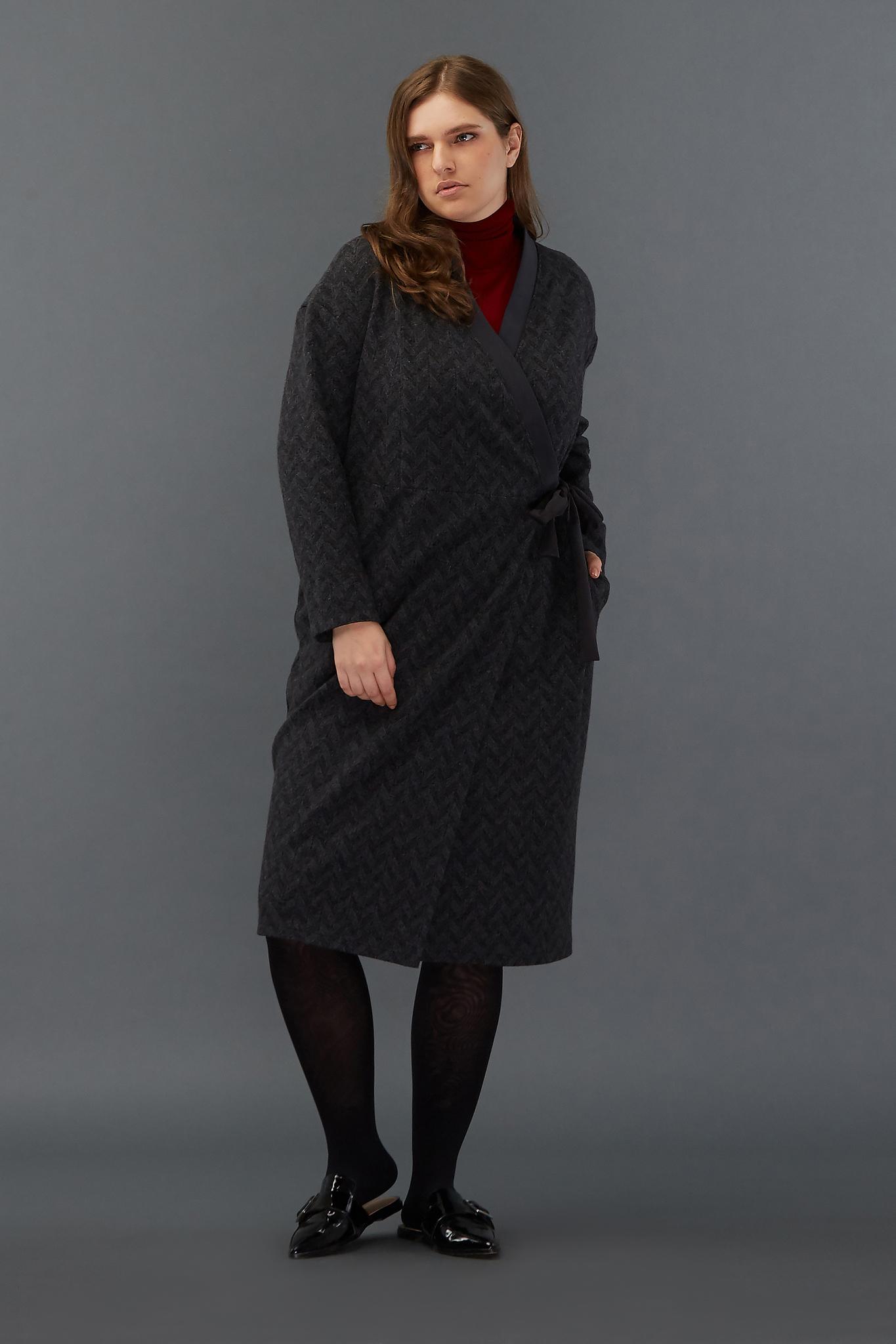 CozyhomeХмурым зимним днем так не хочется выходить из дома! Трикотажное платье-халат на завязках, будто обнимающее фигуру, прямого силуэта, с деликатным геометрическим узором, функциональными карманами в боковых швах и V-образным вырезом несет в себе мощный заряд домашнего тепла! И, кажется, даже утро понедельника становится с ним гораздо уютнее. Рост модели на фото 178 см, размер 54 (российский).<br>