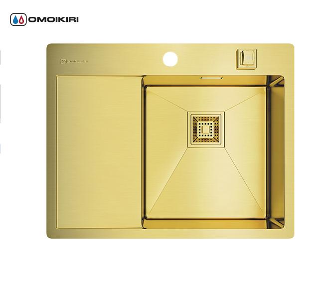 Кухонная мойка из нержавеющей стали OMOIKIRI Akisame 65-LG-R (4993084)Кухонные мойки из нержавеющей стали<br>Кухонная мойка из нержавеющей стали OMOIKIRI Akisame 65-LG-R (4993084)<br><br><br>Размер выреза под мойку: 490х630 мм.<br>Японская высококачественная хромоникелевая нержавеющая сталь с покрытием PVD.<br>Матовая полировка, устойчивая к появлению царапин.<br>Упаковка обеспечивает максимально безопасную транспортировку.<br>Мойка упакована в пластиковый пакет, пенопластовые уголки, картонную коробку.<br>Корпус мойки обработан специальным противошумным составом и дополнительными резиновыми накладками с 5-ти сторон чаши.<br><br><br>Комплектация:<br><br>автоматический донный клапан;<br>крепления;<br>отводнаяарматура.<br><br><br>Упаковка:<br><br>картонная коробка;<br>пенопласт;<br>пакет из нетканного материала.<br><br><br><br><br><br><br>Нержавеющая сталь OMOIKIRI<br>Вся нержавеющая сталь OMOIKIRI соответствует маркировке 18/8. Это аустенитная сталь содержит 18% хрома и 8% никеля, что обеспечивает ее максимальную защиту от коррозии.<br>Нержавеющая сталь OMOIKIRI подвергается уникальной обработке холодом «GOKIN»©, повышающей ее твердость и износостойкость.<br><br><br><br><br><br>PVD- и ORB-покрытия<br>Компания OMOIKIRI активно использует новейшие виды износостойких покрытий — PVD и ORB. Технология PVD заключается в напылении конденсации из паровой (газовой) фазы на исходный материал, что придает продукции твёрдость, стойкость и антиаллергические свойства. ORB-покрытие наделяет смеситель оттенком промасленной бронзы.<br><br><br><br><br><br>Кухонные мойки из нержавеющей стали OMOIKIRI при производстве проходят три этапа контроля качества:<br><br>контроль состава нержавеющей стали на соответствие стандартам содержания цветных металлов и указанной маркировке;<br>проверка качества металлических заготовок перед производством;<br>контроль качества изделий на всех этапах производства.<br><br><br><br><br><br>Руководство по монтажу<br><br><br><br>Официальный сертифицированный п