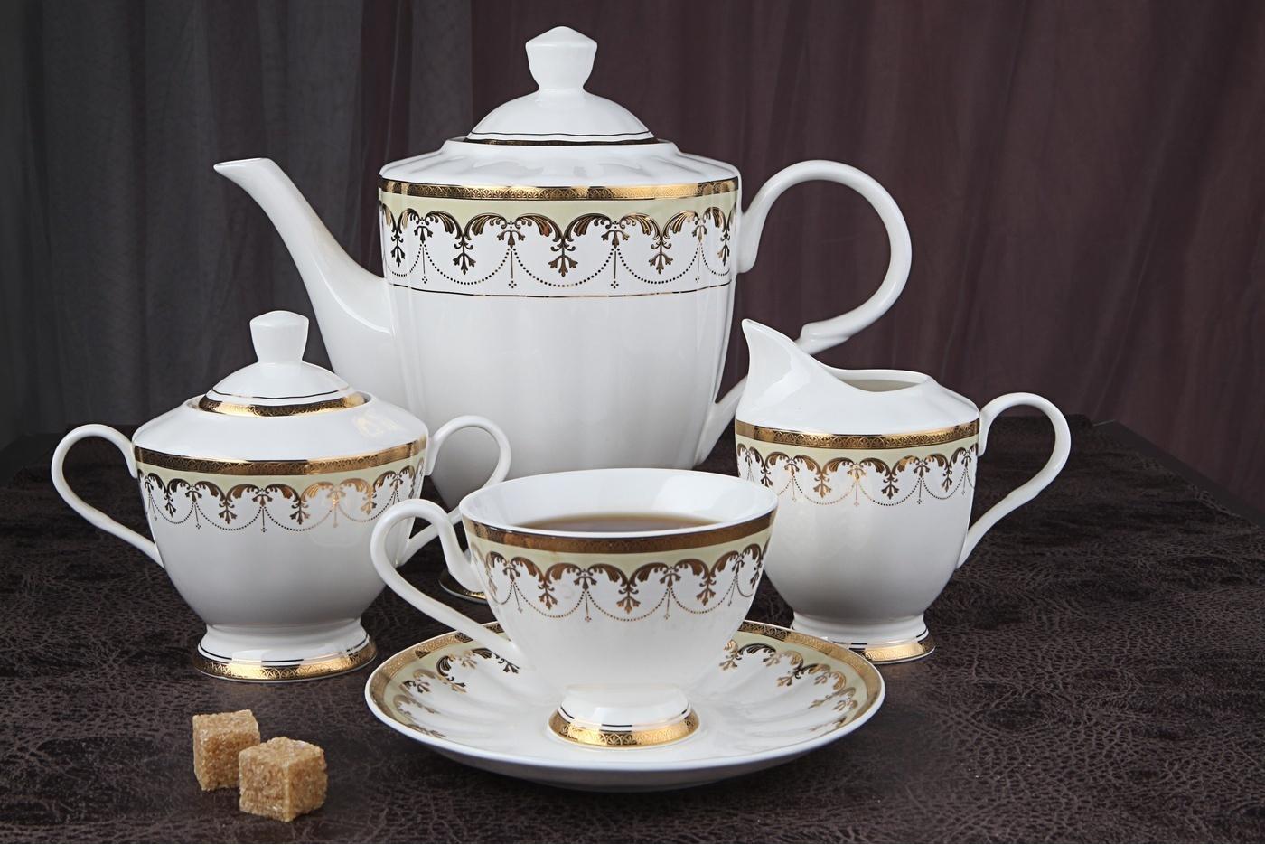 Чайный сервиз Royal Aurel Империал арт.131, 15 предметовЧайные сервизы<br>Чайный сервиз Royal Aurel Империал арт.131, 15 предметов<br><br><br><br><br><br><br><br><br><br><br>Чашка 200 мл,6 шт.<br>Блюдце 15 см,6 шт.<br>Чайник 1500 мл<br>Сахарница 350 мл<br><br><br><br><br><br><br><br><br>Молочник 270 мл<br><br><br><br><br><br><br><br><br>Производить посуду из фарфора начали в Китае на стыке 6-7 веков. Неустанно совершенствуя и селективно отбирая сырье для производства посуды из фарфора, мастерам удалось добиться выдающихся характеристик фарфора: белизны и тонкостенности. В XV веке появился особый интерес к китайской фарфоровой посуде, так как в это время Европе возникла мода на самобытные китайские вещи. Роскошный китайский фарфор являлся изыском и был в новинку, поэтому он выступал в качестве подарка королям, а также знатным людям. Такой дорогой подарок был очень престижен и по праву являлся элитной посудой. Как известно из многочисленных исторических документов, в Европе китайские изделия из фарфора ценились практически как золото. <br>Проверка изделий из костяного фарфора на подлинность <br>По сравнению с производством других видов фарфора процесс производства изделий из настоящего костяного фарфора сложен и весьма длителен. Посуда из изящного фарфора - это элитная посуда, которая всегда ассоциируется с богатством, величием и благородством. Несмотря на небольшую толщину, фарфоровая посуда - это очень прочное изделие. Для демонстрации плотности и прочности фарфора можно легко коснуться предметов посуды из фарфора деревянной палочкой, и тогда мы услушим характерный металлический звон. В составе фарфоровой посуды присутствует костяная зола, благодаря чему она может быть намного тоньше (не более 2,5 мм) и легче твердого или мягкого фарфора. Безупречная белизна - ключевой признак отличия такого фарфора от других. Цвет обычного фарфора сероватый или ближе к голубоватому, а костяной фарфор будет всегда будет молочно-белого цвета. Характерная и немаловажная деталь - это н
