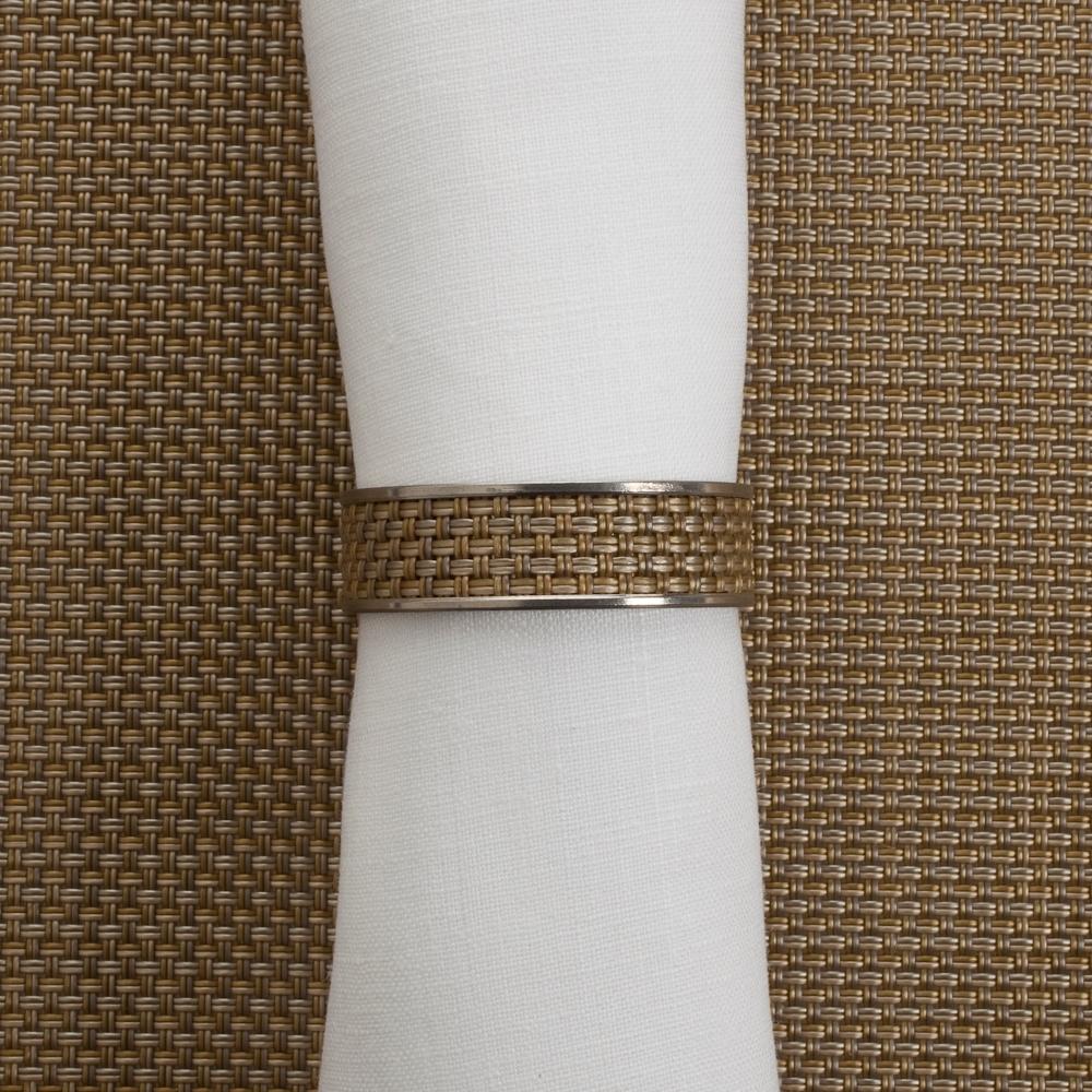 Кольцо для салфеток Gold (100324-023) CHILEWICH Stainless steel арт. 0802-MNBK-GOLDСервировка стола<br>Лучшим дополнения к подставкам Chilewich из винила, станут кольца для салфеток из нержавеющей стали, оформленные в традиционном для бренда стиле. Полоса виниловой ткани Basketweave на ободе символизирует единство серии, придавая законченность оформлению вашего стола.<br>На выбор предлагаются пары колец в различных цветовых решениях — солидные «Тёмный орех», изысканные «Эспрессо», нарочито простые «Гравий» и воздушные «Белые». Кольца для салфеток Chilewich — прекрасное и современное решение, при помощи которого вы без труда создадите за семейным столом атмосферу комфорта и уюта.<br><br>материал:нержавеющая стальпредметов в наборе (штук):1страна:США<br>Официальный продавец CHILEWICH<br>