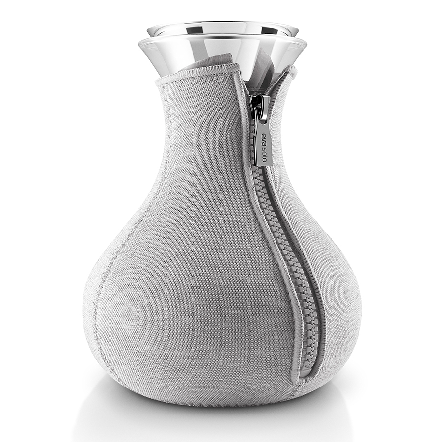 Чайник заварочный Tea maker в неопреновом текстурном чехле 1 л светло-серый Eva Solo 567488Графины и кувшины<br>Чайник заварочный Tea maker в неопреновом текстурном чехле 1 л светло-серый Eva Solo 567488<br><br>Заварочный чайник в стильном дизайне прекрасно подойдет для любителей горячего ароматного чая. Колба чайника имеет объем 1 л, округлую форму и большое выпуклое дно, которое делает чайник устойчивым, не позволяя ему перевернуться. Светло-серый неопреновый чехол на молнии сохраняет чай горячим как можно дольше. <br>Колба выполнена из прочного боросиликатного стекла – такой вид стекла гораздо более прочен по сравнению с обычным прессованным, а также способен выдерживать температуры в диапазоне -70Со до 530Со. Пробка выполнена и нержавеющей стали и каучука. Колбу можно мыть в посудомоечной машине.<br>