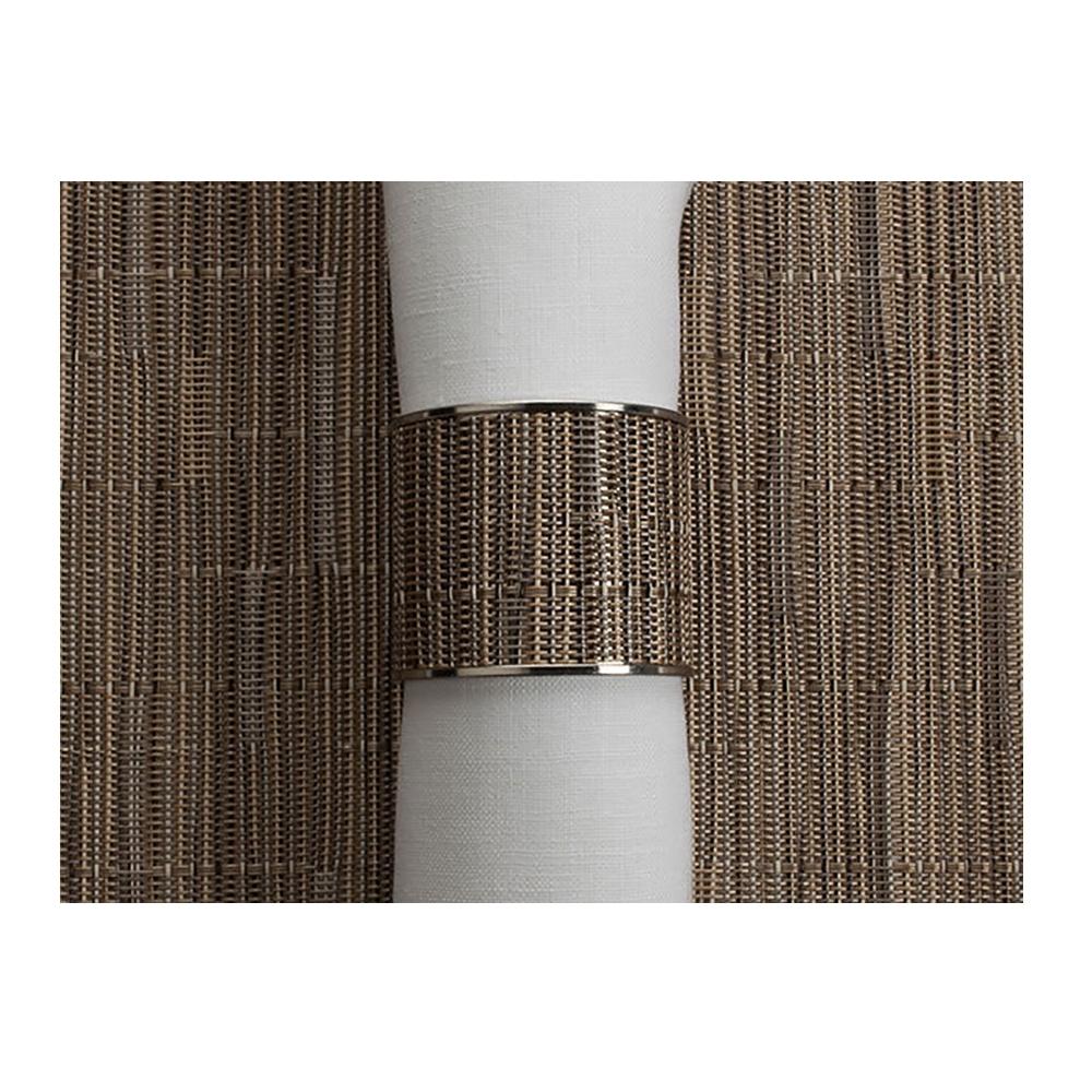 Кольцо для салфеток Dune (100323-010) CHILEWICH Stainless steel арт. 0801-BAMB-DUNEСервировка стола<br>Лучшим дополнения к подставкам Chilewich из винила, станут кольца для салфеток из нержавеющей стали, оформленные в традиционном для бренда стиле. Полоса виниловой ткани Basketweave на ободе символизирует единство серии, придавая законченность оформлению вашего стола.<br>На выбор предлагаются пары колец в различных цветовых решениях — солидные «Тёмный орех», изысканные «Эспрессо», нарочито простые «Гравий» и воздушные «Белые». Кольца для салфеток Chilewich — прекрасное и современное решение, при помощи которого вы без труда создадите за семейным столом атмосферу комфорта и уюта.<br><br>материал:нержавеющая стальпредметов в наборе (штук):1страна:США<br>Официальный продавец CHILEWICH<br>
