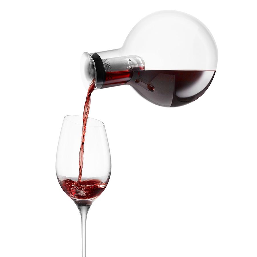 Декантер для вина Eva Solo 567474Бар и вечеринки<br>Декантер для вина Eva Solo 567474<br><br>Графин-декантер, который выявит лучшее в выбранном вами вине. При наливании вино проходит через внутреннюю воронку со множеством дырочек, а потом стекает по стенкам, что позволяет ему максимально обогатиться кислородом. Этот процесс одновременно раскрывает вкус вина и позволяет любюоваться им. Он также продолжается в самом декантере благодаря большому диаметру. Помимо этого, когда вы будете наливать вино в бокал, ни капли не прольётся мимо - специальная форма горлышка не позволяет каплям падать с него, вместо этого направляя их обратно в графин. Графин выдувается вручную и вмещает 0,75 л. Можно мыть в посудомоечной машине.<br>