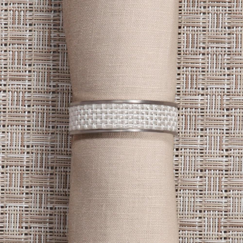 Кольцо для салфеток White (100324-020) CHILEWICH Stainless steel арт. 0802-MNBK-WHITСервировка стола<br>Лучшим дополнения к подставкам Chilewich из винила, станут кольца для салфеток из нержавеющей стали, оформленные в традиционном для бренда стиле. Полоса виниловой ткани Basketweave на ободе символизирует единство серии, придавая законченность оформлению вашего стола.<br>На выбор предлагаются пары колец в различных цветовых решениях — солидные «Тёмный орех», изысканные «Эспрессо», нарочито простые «Гравий» и воздушные «Белые». Кольца для салфеток Chilewich — прекрасное и современное решение, при помощи которого вы без труда создадите за семейным столом атмосферу комфорта и уюта.<br><br>материал:нержавеющая стальпредметов в наборе (штук):1страна:СШАстрана:США<br>Официальный продавец CHILEWICH<br>