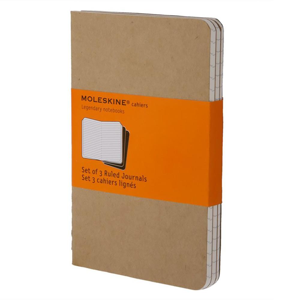 Набор 3 блокнота Moleskine Cahier Journal Pocket, цвет бежевый, в линейкуMOLESKINE<br>Эти блокнотыCahier от Moleskine отличаются гибкой и прочной картонной обложкой черного цвета и хорошо заметной прошивкой на корешке. Последние 16листов отделяются. Есть карман для заметок на отдельных листах. В каждый набор из 3 штук вложена открытка с историей Moleskine. Страницы в линейку из бескислотной бумаги.<br>Особенности:<br>• 64страницы;<br>• листы в линейку;<br>• обложка из картона;<br>• плотность листов70 г/м2.<br><br>Легендарный MOLESKINE<br>Марка Moleskine появилась в 1997, возродив образ легендарной записной книжки, столь любимой деятелями искусства и интеллектуалами последних двух столетий. Винсент Ван Гог и Пабло Пикассо, Эрнест Хемингуэй и Брюс Чатвин - все они были привязаны к своим надежным маленьким спутникам, безымянным записным книжицам в непромокаемых черных обложках, которые хранили наброски, заметки, истории и впечатления перед тем, как последние превращались в известные полотна или страницы любимых книг. Сегодня имя Moleskine ассоциируется с серией номадических атрибутов: записных книжек, блокнотов, еженедельников, сумок, аксессуаров для письма и для чтения, созданных для выражения нашей изменчивой индивидуальности. Неразлучные спутники творческих профессий, проводники из мира реальности в мир фантазий, немыслимые сегодня в отдельности от информационных технологий.<br>С 1 января 2007 года Moleskine является также названием компании-владельца всемирно известной зарегистрированной торговой марки. Кроме широко известных записных книжек и их типов, Moleskine SpA разрабатывает, производит и реализует целую серию предметов для творчества современных «странников». Компания начинает свою историю с маленького издательства Modo&amp;Modo в Милане, которое в 1997 году создало марку® Moleskine, вновь открыв и возродив удивительную традицию. Осенью 2006 компания Modo&amp;Modo spa была куплена компанией SGCapital Europe, сегодня -- Syntegra Capital, с целью полной реализ