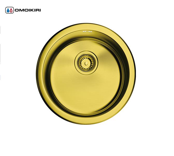 Кухонная мойка из нержавеющей стали OMOIKIRI Toya 42-АB (4993187)Кухонные мойки круглые<br>Кухонная мойка из нержавеющей стали OMOIKIRI Toya 42-АB (4993187)<br><br><br>Японская высококачественная хромоникелевая нержавеющая сталь сPVD покрытием.<br>Матовая полировка, устойчивая к появлению царапин.<br>Упаковка обеспечивает максимально безопасную транспортировку.<br>Мойка комплектуется креплениями для подстольного и врезного монтажа, выпуском и переливом.<br>Шумоподавляющее покрытие состоит из 2-х компонентов: резиновая накладка на дне и специальный противошумный состав.<br><br><br>Комплектация:<br><br>донный клапан;<br>крепления;<br>уплотнительная прокладка.<br><br><br><br><br><br><br>Нержавеющая сталь OMOIKIRI<br>Вся нержавеющая сталь OMOIKIRI соответствует маркировке 18/8. Это аустенитная сталь содержит 18% хрома и 8% никеля, что обеспечивает ее максимальную защиту от коррозии.<br>Нержавеющая сталь OMOIKIRI подвергается уникальной обработке холодом «GOKIN»©, повышающей ее твердость и износостойкость.<br><br><br><br><br><br>PVD- и ORB-покрытия<br>Компания OMOIKIRI активно использует новейшие виды износостойких покрытий — PVD и ORB. Технология PVD заключается в напылении конденсации из паровой (газовой) фазы на исходный материал, что придает продукции твёрдость, стойкость и антиаллергические свойства. ORB-покрытие наделяет смеситель оттенком промасленной бронзы.<br><br><br><br><br><br>Кухонные мойки из нержавеющей стали OMOIKIRI при производстве проходят три этапа контроля качества:<br><br>контроль состава нержавеющей стали на соответствие стандартам содержания цветных металлов и указанной маркировке;<br>проверка качества металлических заготовок перед производством;<br>контроль качества изделий на всех этапах производства.<br><br><br><br><br><br>Руководство по монтажу<br><br><br><br>Официальный сертифицированный продавец OMOIKIRI™<br>