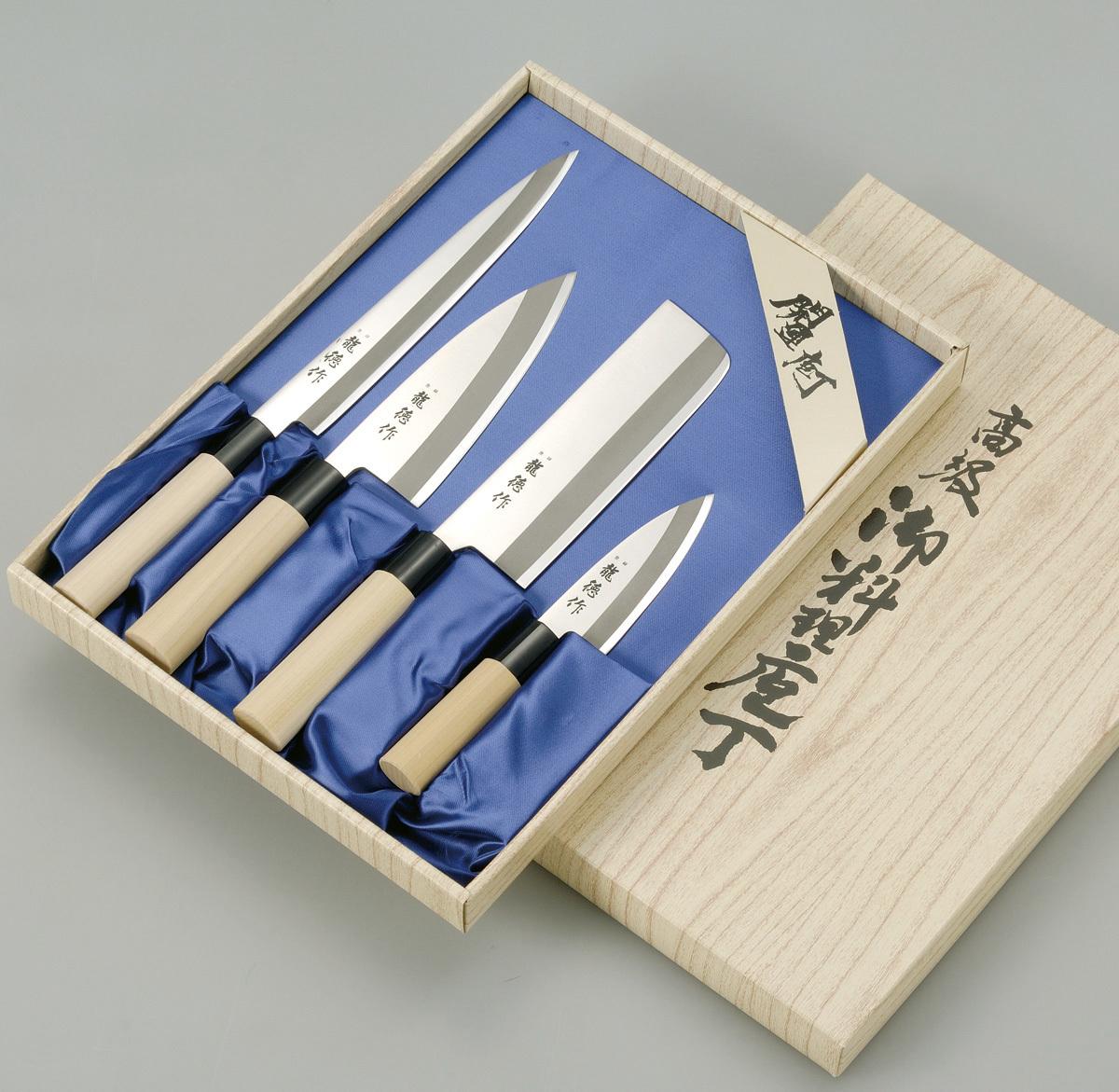 Набор из 4 кухонный стальных ножей Tojiro Ryuutoku-saku FC-125Tojiro Japanese Knife<br>Набор из 4кухонный стальных ножей Tojiro Ryuutoku-sakuFC-125<br><br>В набор входит:<br><br>Нож Мини Дэба 105мм<br>Нож Деба150мм<br>Нож Накири 160мм<br>Нож Янагиба210мм<br><br>Отличительные особенности<br>Что резать:<br><br>Нож Мини Дэба и Деба - предназначены дляотделение филе от кости, нарезки стейков, обезглавливание рыбы, рубка сухожилийихрящей.<br>Нож Накири- это специальный топорик для шинковки овощей. Отличается удобной формой, что позволяет легко и быстро нарезать любые овощи, просто поднимая и опуская лезвие ножа.<br>Нож Янагиба - предназначен для нарезки рыбного филе,для приготовления суши, сашими и других характерных японских блюд.<br><br>Материал лезвия:сталь Shirogami – это одна из древнейших технологий в производстве высокоуглеродистых сталей, так называемые «чистые стали», практически без примесей легирующих элементов. Простейшее, идеальное представление о стали – это сплав железа и углерода. Сталь Shirogami близка к такому идеалу. Такая сталь позволяет добиться эталонных режущих свойств, поэтому так ценится в стране Восходящего Солнца.<br>Материал рукоятки:деревянная рукаятка обладает легким весом и отлично лежит в руке.<br>Кому подойдет:хорошее соотношение цена-качество, отлично подойдет как для домашнего использования, так и для Шеф поваров.<br>Официальный сертифицированный продавец TOJIRO<br>