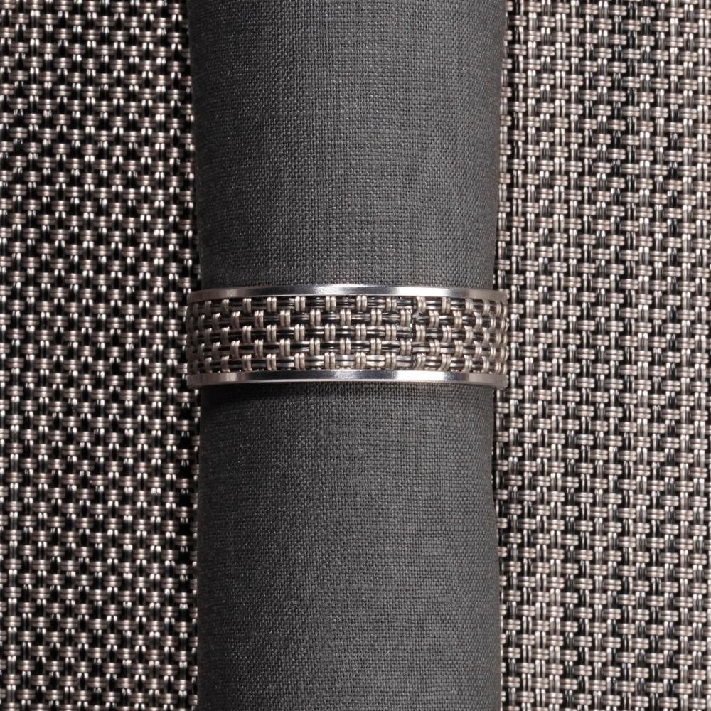 Кольцо для салфеток Light grey (100324-015) CHILEWICH Stainless steel арт. 0802-MNBK-LTGRСервировка стола<br>Лучшим дополнения к подставкам Chilewich из винила, станут кольца для салфеток из нержавеющей стали, оформленные в традиционном для бренда стиле. Полоса виниловой ткани Basketweave на ободе символизирует единство серии, придавая законченность оформлению вашего стола.<br>На выбор предлагаются пары колец в различных цветовых решениях — солидные «Тёмный орех», изысканные «Эспрессо», нарочито простые «Гравий» и воздушные «Белые». Кольца для салфеток Chilewich — прекрасное и современное решение, при помощи которого вы без труда создадите за семейным столом атмосферу комфорта и уюта.<br><br>материал:нержавеющая стальпредметов в наборе (штук):1страна:США<br>Официальный продавец CHILEWICH<br>
