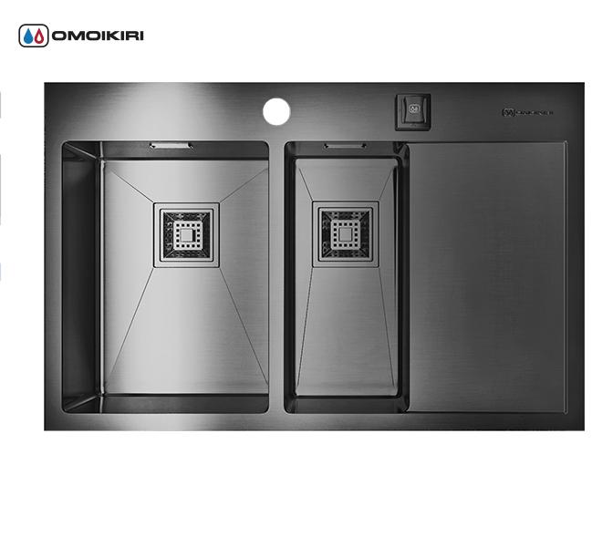 Кухонная мойка из нержавеющей стали OMOIKIRI Akisame 78-2-GM-L (4993101)Кухонные мойки из нержавеющей стали<br>Кухонная мойка из нержавеющей стали OMOIKIRI Akisame 78-2-GM-L (4993101)<br><br><br>Размер выреза под мойку: 760х490 мм.<br>Японская высококачественная хромоникелевая нержавеющая сталь с покрытием PVD.<br>Матовая полировка, устойчивая к появлению царапин.<br>Упаковка обеспечивает максимально безопасную транспортировку.<br>Мойка упакована в пластиковый пакет, пенопластовые уголки, картонную коробку.<br>Корпус мойки обработан специальным противошумным составом и дополнительными резиновыми накладками с 5-ти сторон чаши.<br><br><br>Комплектация:<br><br>автоматический донный клапан;<br>крепления;<br>сифон.<br><br><br>Упаковка:<br><br>картонная коробка;<br>пенопласт;<br>пакет из нетканного материала.<br><br><br><br><br><br><br>Нержавеющая сталь OMOIKIRI<br>Вся нержавеющая сталь OMOIKIRI соответствует маркировке 18/8. Это аустенитная сталь содержит 18% хрома и 8% никеля, что обеспечивает ее максимальную защиту от коррозии.<br>Нержавеющая сталь OMOIKIRI подвергается уникальной обработке холодом «GOKIN»©, повышающей ее твердость и износостойкость.<br><br><br><br><br><br>PVD- и ORB-покрытия<br>Компания OMOIKIRI активно использует новейшие виды износостойких покрытий — PVD и ORB. Технология PVD заключается в напылении конденсации из паровой (газовой) фазы на исходный материал, что придает продукции твёрдость, стойкость и антиаллергические свойства. ORB-покрытие наделяет смеситель оттенком промасленной бронзы.<br><br><br><br><br><br>Кухонные мойки из нержавеющей стали OMOIKIRI при производстве проходят три этапа контроля качества:<br><br>контроль состава нержавеющей стали на соответствие стандартам содержания цветных металлов и указанной маркировке;<br>проверка качества металлических заготовок перед производством;<br>контроль качества изделий на всех этапах производства.<br><br><br><br><br><br>Руководство по монтажу<br><br><br><br>Официальный сертифицированный продавец