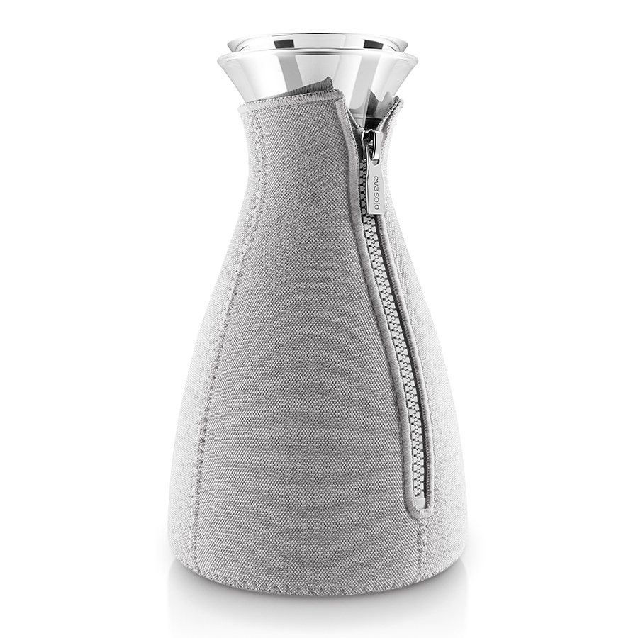 Кофейник Eva Solo Cafe Solo в неопреновом текстурном чехле 1 л светло-серый 567669Чайники заварочные<br>Кофейник Eva Solo Cafe Solo в неопреновом текстурном чехле 1 л светло-серый 567669<br><br>Стильный современный кофейник в термочехле – это незаменимый кухонный элемент для кофеманов. С помощью данного изделия процесс заваривания кофе будет легким и быстрым – достаточно просто засыпать в колбу молотый кофе, залить горячей водой и через четыре минуты бодрящий ароматный напиток будет готов. Колба имеет объем 1 л, выполнена из прочного боросиликатного стекла, благодаря чему выдерживает температурный диапазон от -70Со до 530Со. Широкое горлышко drip-free не допускает разбрызгивания капель при наливании. Светло-серый неопреновый чехол на молнии позволяет напитку как можно дольше оставаться горячим. Колба подходит для мытья в посудомоечной машине, чехол стирается вручную.<br>