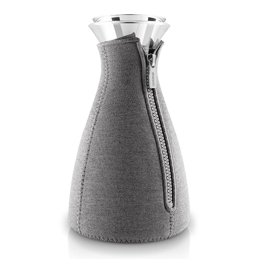 Кофейник Eva Solo Cafe Solo в неопреновом текстурном чехле 1 л темно-серый 567668Чайники заварочные<br>Кофейник Eva Solo Cafe Solo в неопреновом текстурном чехле 1 л темно-серый 567668<br><br>Стильный современный кофейник в термочехле – это незаменимый кухонный элемент для кофеманов. С помощью данного изделия процесс заваривания кофе будет легким и быстрым – достаточно просто засыпать в колбу молотый кофе, залить горячей водой и через четыре минуты бодрящий ароматный напиток будет готов. Колба имеет объем 1 л, выполнена из прочного боросиликатного стекла, благодаря чему выдерживает температурный диапазон от -70Со до 530Со. Широкое горлышко drip-free не допускает разбрызгивания капель при наливании. Темно-серый неопреновый чехол на молнии позволяет напитку как можно дольше оставаться горячим. Колба подходит для мытья в посудомоечной машине, чехол стирается вручную.<br>