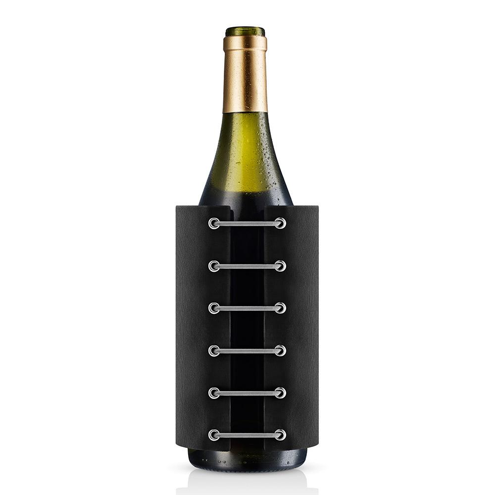 Чехол для вина охлаждающий StayCool черный Eva Solo 567475Бар и вечеринки<br>С помощью такого удобного и изящного чехла можно быстро охладить вино и держать его холодным до двух часов. Чехол наполнен специальным охлаждающим гелем, его надо предварительно положить в морозильную камеру, где он займёт совсем мало места. Подходит для всех винных бутылок. Легко моется в тёплой воде.<br>