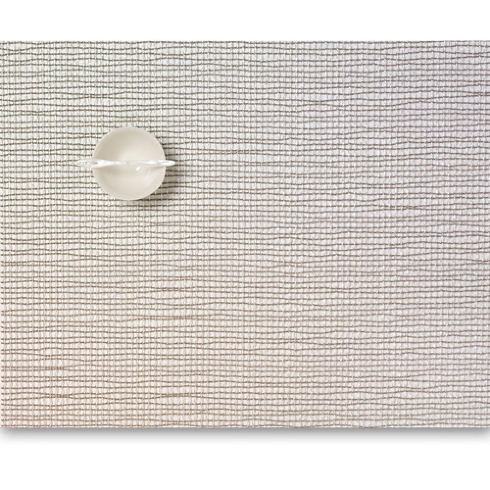 Салфетка подстановочная, жаккардовое плетение, винил, (36х48) Silver (100124-011) CHILEWICH Lattice арт. 0117-LATT-SILVСервировка стола<br>Салфетки и подставки для посуды от американского дизайнера Сэнди Чилевич, выполнены из виниловых нитей — современного материала, позволяющего создавать оригинальные текстуры изделий без ущерба для их долговечности. Возможно, именно в этом кроется главный секрет популярности этих стильных салфеток.<br>Впрочем, это не мешает подставочным салфеткам Chilewich оставаться достаточно демократичными, для того чтобы занять своё место и на вашем столе. Вашему вниманию предлагается широкий выбор вариантов дизайна спокойных тонов, способного органично вписаться практически в любой интерьер.<br><br>длина (см):48материал:винилпредметов в наборе (штук):1страна:СШАширина (см):36.0<br>