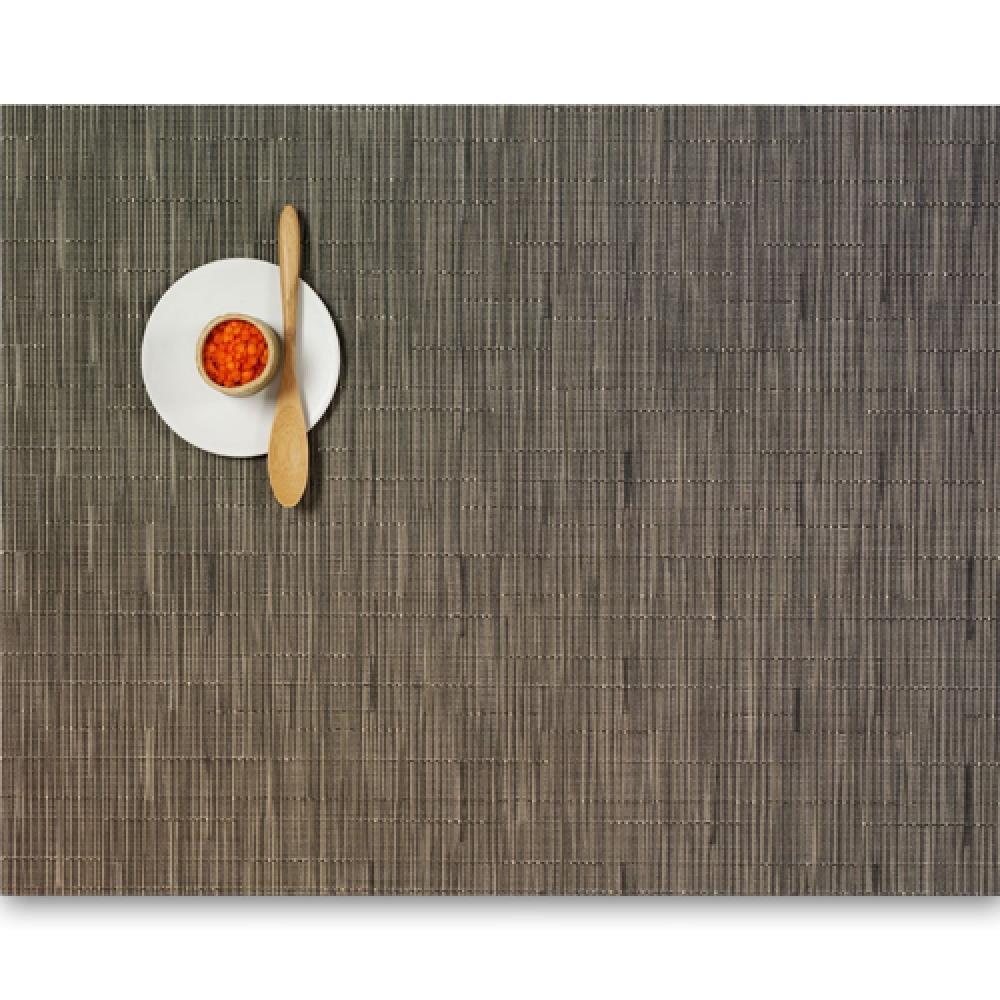 Салфетка подстановочная, жаккардовое плетение, винил, (36х48) Charcoal (100105-006) CHILEWICH Bamboo арт. 0025-BAMB-CHARСервировка стола<br>Салфетки и подставки для посуды от американского дизайнера Сэнди Чилевич, выполнены из виниловых нитей — современного материала, позволяющего создавать оригинальные текстуры изделий без ущерба для их долговечности. Возможно, именно в этом кроется главный секрет популярности этих стильных салфеток.<br>Впрочем, это не мешает подставочным салфеткам Chilewich оставаться достаточно демократичными, для того чтобы занять своё место и на вашем столе. Вашему вниманию предлагается широкий выбор вариантов дизайна спокойных тонов, способного органично вписаться практически в любой интерьер.<br>длина (см):48материал:винилпредметов в наборе (штук):1страна:СШАширина (см):36.0<br>