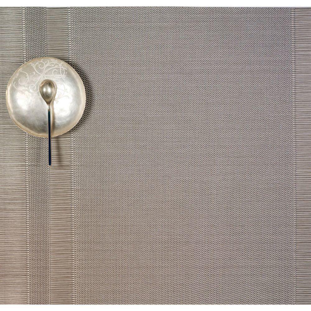 Салфетка подстановочная, жаккардовое плетение, винил, (36х48) Silver (100137-004) CHILEWICH Tuxedo stripe арт. 0201-TXST-SILVСервировка стола<br>Салфетки и подставки для посуды от американского дизайнера Сэнди Чилевич, выполнены из виниловых нитей — современного материала, позволяющего создавать оригинальные текстуры изделий без ущерба для их долговечности. Возможно, именно в этом кроется главный секрет популярности этих стильных салфеток.<br>Впрочем, это не мешает подставочным салфеткам Chilewich оставаться достаточно демократичными, для того чтобы занять своё место и на вашем столе. Вашему вниманию предлагается широкий выбор вариантов дизайна спокойных тонов, способного органично вписаться практически в любой интерьер.<br><br>длина (см):48материал:винилпредметов в наборе (штук):1страна:СШАширина (см):36.0<br>Официальный продавец CHILEWICH<br>