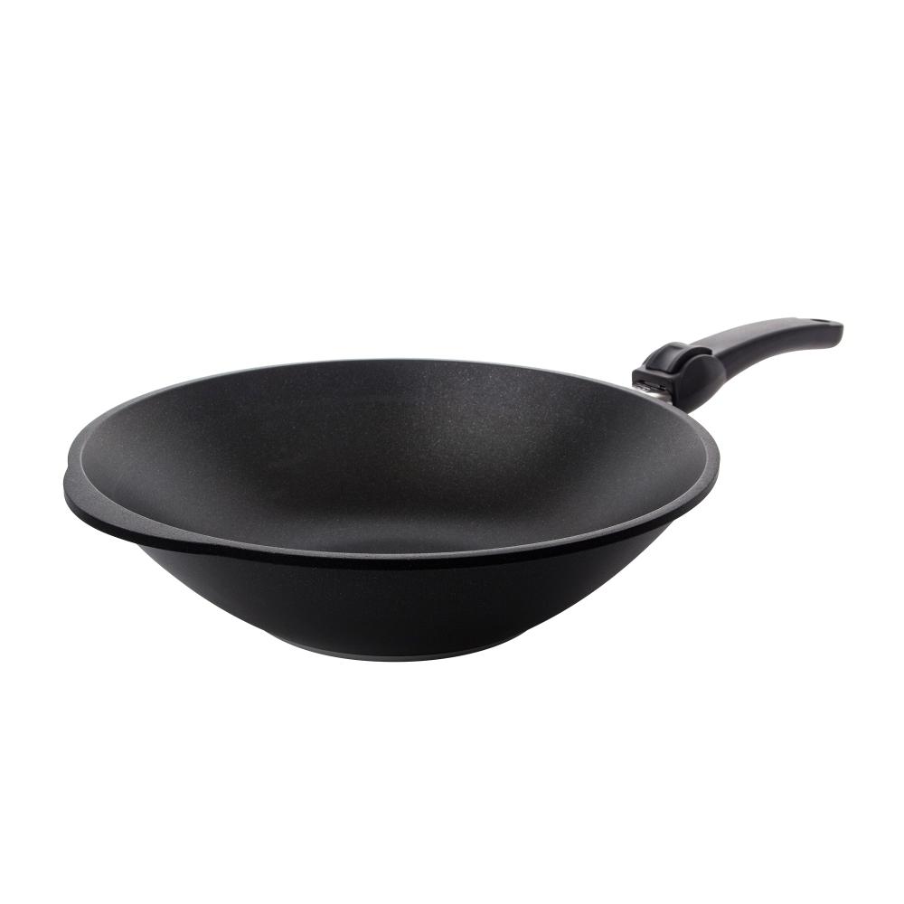 Вок 32 см (3 л) съемная ручка AMT Frying Pans арт. AMT1132SВоки<br>Вок 32 см (3 л) съемная ручка AMT Frying Pans арт. AMT1132S<br><br>высота (см): 11.0диаметр (см): 32.0толщина дна (см): 1крышка: нетматериал: алюминийобъем (л): 3.00покрытие: антипригарноепредметов в наборе (штук): 1ручки: съемныестрана: Германиятип варочной поверхности: все типы поверхностей, кроме индукционной<br>Сковороды серии Diamond Crystal изготовлены из высокопрочного материала по специальной технологии с использованием алмазных кристаллов. Плюсом новой технологии является отсутствие в составе покрытия перфтороктановой кислоты, что делает продукцию компании AMT абсолютно безопасной для здоровья человека.<br>Отсутствие в составе покрытия перфтороктановой кислоты делает продукцию компании AMT абсолютно безопасной для здоровья человека.<br>Серия Diamond Crystal обладают высокой стойкостью покрытия. Такие качества, как надежность, термостойкость и долговечность посуды Diamond Crystal достигается благодаря использованию алмазных кристаллов, природные свойства которых позволяют мгновенно распределять тепло. Процесс приготовления вкусной и здоровой пищи становится более простым и приятным.<br>Сковороды Diamond Crystal подходят практически для всех видов плит. Они оснащены съемной жаропрочной ручкой, благодаря чему изделия можно использовать в духовке при температуре до 210°С. Таким образом сковороды пригодны не только для жарки, но и для тушения и запекания.<br>Официальный продавец AMT<br>
