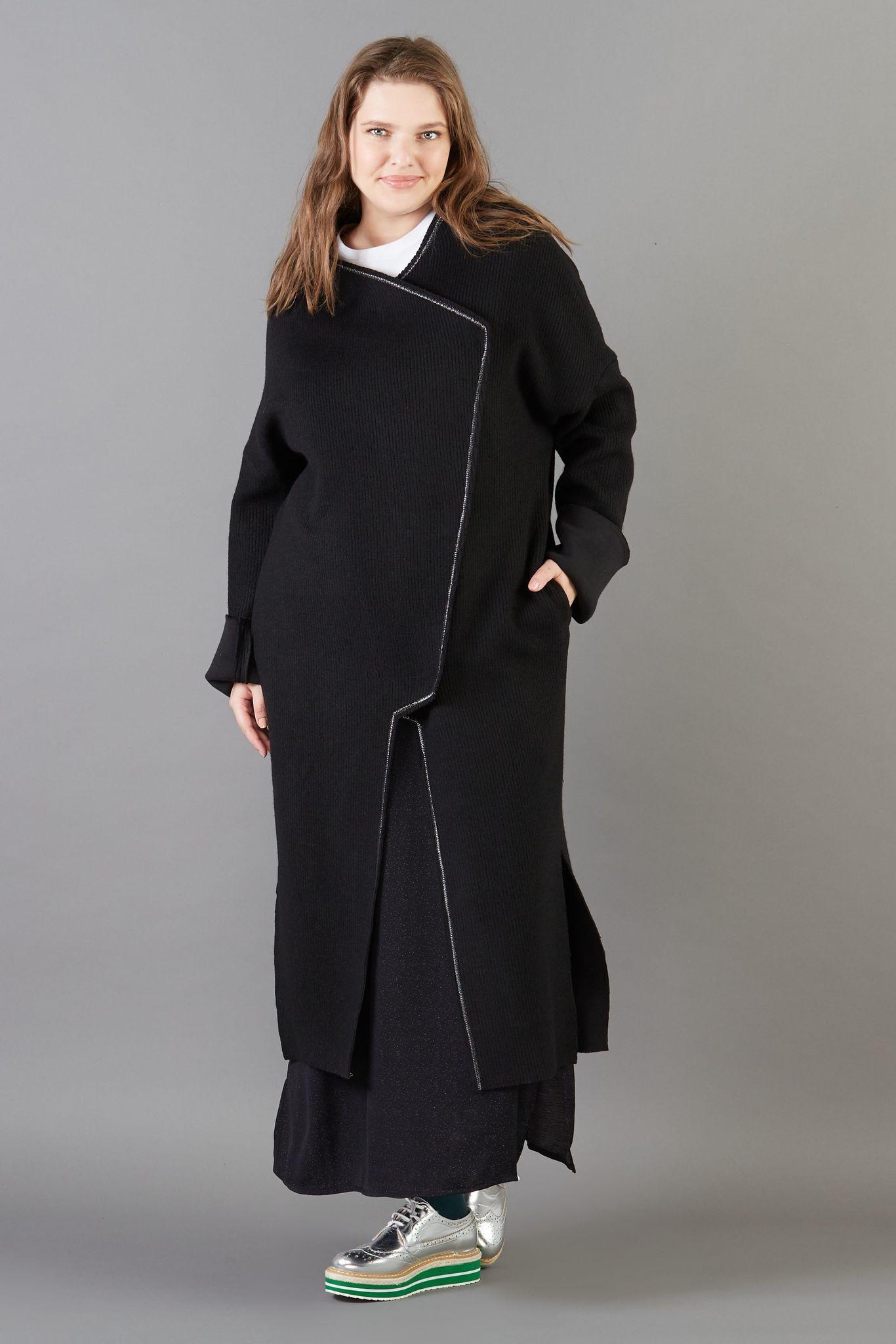 Кардиган-пальто LE-06 CА01 01Сейчас покупают<br>Свободный мягкий кардиган-пальто без подкладки с контрастной строчкой люрексовой нитью. Правильный баланс шерсти и вискозы в составе - позволит носить его осенью и даже мягкой зимой. Пластичный, легкий, немнущийся, идеально - в городе и в путешествии. Рост модели на фото 178 см, размер 54 (российский).<br>