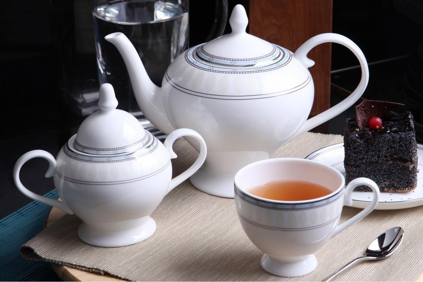 Чайный сервиз Royal Aurel Британия арт.107, 15 предметовЧайные сервизы<br>Чайный сервиз Royal Aurel Британия арт.107, 15 предметов<br><br><br><br><br><br><br><br><br><br><br>Чашка 270 мл,6 шт.<br>Блюдце 15 см,6 шт.<br>Чайник 1100 мл<br>Сахарница 370 мл<br><br><br><br><br><br><br><br><br>Молочник 300 мл<br><br><br><br><br><br><br><br><br>Производить посуду из фарфора начали в Китае на стыке 6-7 веков. Неустанно совершенствуя и селективно отбирая сырье для производства посуды из фарфора, мастерам удалось добиться выдающихся характеристик фарфора: белизны и тонкостенности. В XV веке появился особый интерес к китайской фарфоровой посуде, так как в это время Европе возникла мода на самобытные китайские вещи. Роскошный китайский фарфор являлся изыском и был в новинку, поэтому он выступал в качестве подарка королям, а также знатным людям. Такой дорогой подарок был очень престижен и по праву являлся элитной посудой. Как известно из многочисленных исторических документов, в Европе китайские изделия из фарфора ценились практически как золото. <br>Проверка изделий из костяного фарфора на подлинность <br>По сравнению с производством других видов фарфора процесс производства изделий из настоящего костяного фарфора сложен и весьма длителен. Посуда из изящного фарфора - это элитная посуда, которая всегда ассоциируется с богатством, величием и благородством. Несмотря на небольшую толщину, фарфоровая посуда - это очень прочное изделие. Для демонстрации плотности и прочности фарфора можно легко коснуться предметов посуды из фарфора деревянной палочкой, и тогда мы услушим характерный металлический звон. В составе фарфоровой посуды присутствует костяная зола, благодаря чему она может быть намного тоньше (не более 2,5 мм) и легче твердого или мягкого фарфора. Безупречная белизна - ключевой признак отличия такого фарфора от других. Цвет обычного фарфора сероватый или ближе к голубоватому, а костяной фарфор будет всегда будет молочно-белого цвета. Характерная и немаловажная деталь - это н
