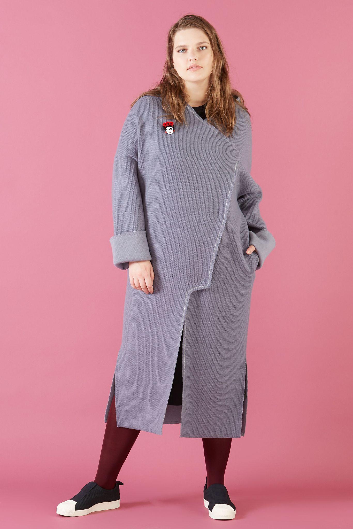 Кардиган-пальто LE-06 CА01 06Хиты продаж<br>Свободный мягкий кардиган-пальто без подкладки с контрастной строчкой люрексовой нитью. Правильный баланс шерсти и вискозы в составе - позволит носить его осенью и даже мягкой зимой. Пластичный, легкий, немнущийся, идеально - в городе и в путешествии. Рост модели на фото 178 см, размер 54 (российский).<br>