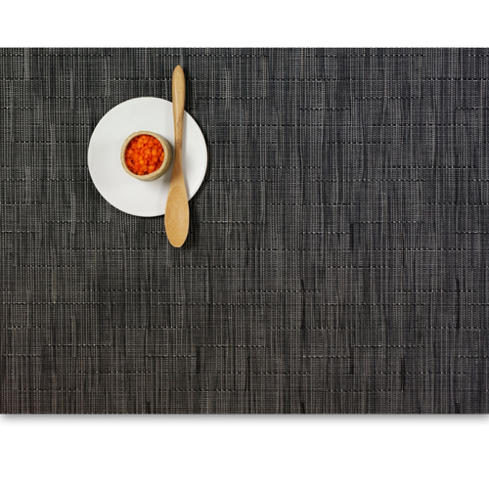 Салфетка подстановочная, жаккардовое плетение, винил, (36х48) Smoke (100105-021) CHILEWICH Bamboo арт. 0025-BAMB-SMOKСервировка стола<br>Салфетки и подставки для посуды от американского дизайнера Сэнди Чилевич, выполнены из виниловых нитей — современного материала, позволяющего создавать оригинальные текстуры изделий без ущерба для их долговечности. Возможно, именно в этом кроется главный секрет популярности этих стильных салфеток.<br>Впрочем, это не мешает подставочным салфеткам Chilewich оставаться достаточно демократичными, для того чтобы занять своё место и на вашем столе. Вашему вниманию предлагается широкий выбор вариантов дизайна спокойных тонов, способного органично вписаться практически в любой интерьер.<br><br>длина (см):48материал:винилпредметов в наборе (штук):1страна:СШАширина (см):36.0<br>