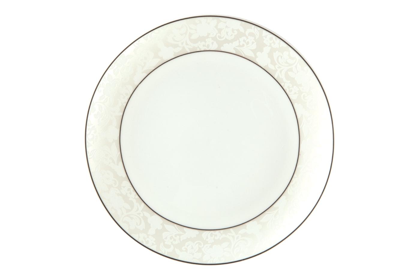 Набор из 6 тарелок Royal Aurel Пион белый (25см) арт.605Наборы тарелок<br>Набор из 6 тарелок Royal Aurel Пион белый (25см) арт.605<br>Производить посуду из фарфора начали в Китае на стыке 6-7 веков. Неустанно совершенствуя и селективно отбирая сырье для производства посуды из фарфора, мастерам удалось добиться выдающихся характеристик фарфора: белизны и тонкостенности. В XV веке появился особый интерес к китайской фарфоровой посуде, так как в это время Европе возникла мода на самобытные китайские вещи. Роскошный китайский фарфор являлся изыском и был в новинку, поэтому он выступал в качестве подарка королям, а также знатным людям. Такой дорогой подарок был очень престижен и по праву являлся элитной посудой. Как известно из многочисленных исторических документов, в Европе китайские изделия из фарфора ценились практически как золото. <br>Проверка изделий из костяного фарфора на подлинность <br>По сравнению с производством других видов фарфора процесс производства изделий из настоящего костяного фарфора сложен и весьма длителен. Посуда из изящного фарфора - это элитная посуда, которая всегда ассоциируется с богатством, величием и благородством. Несмотря на небольшую толщину, фарфоровая посуда - это очень прочное изделие. Для демонстрации плотности и прочности фарфора можно легко коснуться предметов посуды из фарфора деревянной палочкой, и тогда мы услушим характерный металлический звон. В составе фарфоровой посуды присутствует костяная зола, благодаря чему она может быть намного тоньше (не более 2,5 мм) и легче твердого или мягкого фарфора. Безупречная белизна - ключевой признак отличия такого фарфора от других. Цвет обычного фарфора сероватый или ближе к голубоватому, а костяной фарфор будет всегда будет молочно-белого цвета. Характерная и немаловажная деталь - это невесомая прозрачность изделий из фарфора такая, что сквозь него проходит свет.<br>