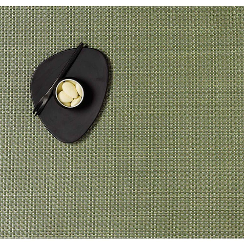 Салфетка подстановочная, жаккардовое плетение, винил, (36х48) Grass green (100110-015) CHILEWICH Basketweave арт. 0025-BASK-GRASСервировка стола<br>Салфетки и подставки для посуды от американского дизайнера Сэнди Чилевич, выполнены из виниловых нитей — современного материала, позволяющего создавать оригинальные текстуры изделий без ущерба для их долговечности. Возможно, именно в этом кроется главный секрет популярности этих стильных салфеток.<br>Впрочем, это не мешает подставочным салфеткам Chilewich оставаться достаточно демократичными, для того чтобы занять своё место и на вашем столе. Вашему вниманию предлагается широкий выбор вариантов дизайна спокойных тонов, способного органично вписаться практически в любой интерьер.<br><br>длина (см):48материал:винилпредметов в наборе (штук):1страна:СШАширина (см):36.0<br>