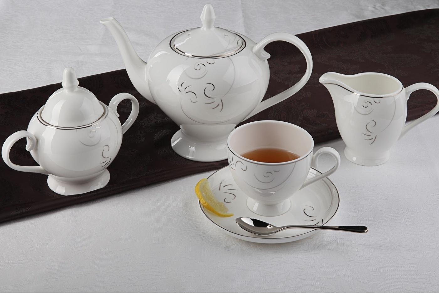 Чайный сервиз Royal Aurel Лоза арт.108, 15 предметовЧайные сервизы<br>Чайный сервиз Royal Aurel Лоза арт.108, 15 предметов<br><br><br><br><br><br><br><br><br><br><br>Чашка 270 мл,6 шт.<br>Блюдце 15 см,6 шт.<br>Чайник 1100 мл<br>Сахарница 370 мл<br><br><br><br><br><br><br><br><br>Молочник 300 мл<br><br><br><br><br><br><br><br><br>Производить посуду из фарфора начали в Китае на стыке 6-7 веков. Неустанно совершенствуя и селективно отбирая сырье для производства посуды из фарфора, мастерам удалось добиться выдающихся характеристик фарфора: белизны и тонкостенности. В XV веке появился особый интерес к китайской фарфоровой посуде, так как в это время Европе возникла мода на самобытные китайские вещи. Роскошный китайский фарфор являлся изыском и был в новинку, поэтому он выступал в качестве подарка королям, а также знатным людям. Такой дорогой подарок был очень престижен и по праву являлся элитной посудой. Как известно из многочисленных исторических документов, в Европе китайские изделия из фарфора ценились практически как золото. <br>Проверка изделий из костяного фарфора на подлинность <br>По сравнению с производством других видов фарфора процесс производства изделий из настоящего костяного фарфора сложен и весьма длителен. Посуда из изящного фарфора - это элитная посуда, которая всегда ассоциируется с богатством, величием и благородством. Несмотря на небольшую толщину, фарфоровая посуда - это очень прочное изделие. Для демонстрации плотности и прочности фарфора можно легко коснуться предметов посуды из фарфора деревянной палочкой, и тогда мы услушим характерный металлический звон. В составе фарфоровой посуды присутствует костяная зола, благодаря чему она может быть намного тоньше (не более 2,5 мм) и легче твердого или мягкого фарфора. Безупречная белизна - ключевой признак отличия такого фарфора от других. Цвет обычного фарфора сероватый или ближе к голубоватому, а костяной фарфор будет всегда будет молочно-белого цвета. Характерная и немаловажная деталь - это невесомая