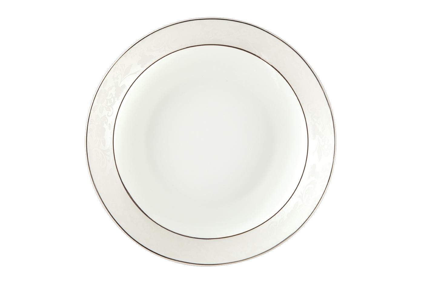 Набор из 6 тарелок суповых Royal Aurel Пион белый (20см) арт.705Наборы тарелок<br>Набор из 6 тарелок суповых Royal Aurel Пион белый (20см) арт.705<br>Производить посуду из фарфора начали в Китае на стыке 6-7 веков. Неустанно совершенствуя и селективно отбирая сырье для производства посуды из фарфора, мастерам удалось добиться выдающихся характеристик фарфора: белизны и тонкостенности. В XV веке появился особый интерес к китайской фарфоровой посуде, так как в это время Европе возникла мода на самобытные китайские вещи. Роскошный китайский фарфор являлся изыском и был в новинку, поэтому он выступал в качестве подарка королям, а также знатным людям. Такой дорогой подарок был очень престижен и по праву являлся элитной посудой. Как известно из многочисленных исторических документов, в Европе китайские изделия из фарфора ценились практически как золото. <br>Проверка изделий из костяного фарфора на подлинность <br>По сравнению с производством других видов фарфора процесс производства изделий из настоящего костяного фарфора сложен и весьма длителен. Посуда из изящного фарфора - это элитная посуда, которая всегда ассоциируется с богатством, величием и благородством. Несмотря на небольшую толщину, фарфоровая посуда - это очень прочное изделие. Для демонстрации плотности и прочности фарфора можно легко коснуться предметов посуды из фарфора деревянной палочкой, и тогда мы услушим характерный металлический звон. В составе фарфоровой посуды присутствует костяная зола, благодаря чему она может быть намного тоньше (не более 2,5 мм) и легче твердого или мягкого фарфора. Безупречная белизна - ключевой признак отличия такого фарфора от других. Цвет обычного фарфора сероватый или ближе к голубоватому, а костяной фарфор будет всегда будет молочно-белого цвета. Характерная и немаловажная деталь - это невесомая прозрачность изделий из фарфора такая, что сквозь него проходит свет.<br>