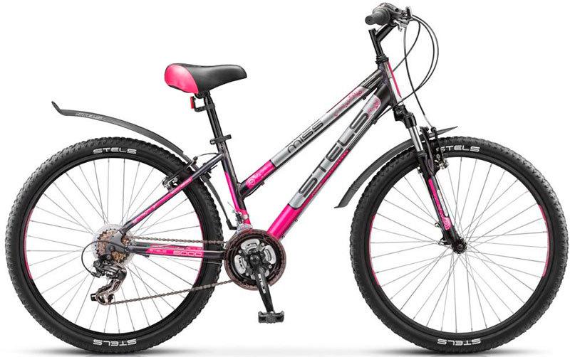Stels Miss 6000 V (2016)Горные<br>Женский хардтейл Stels Miss 6000 V 2016 года. Рама оптимизирована под женскую фигура и выполнена из облегченного алюминиевого сплава, установлена пружинно-эластомерная вилка, установлено навесное оборудование начального уровня Shimano Tourney на 18 передач, усиленные обода с двойными стенками, ободные тормоза Radius V-brake. К этому велосипеду в комплект идут пластиковые крылья и подножка. Стэлс Мисс 6000 V отлично подойдет для активных поездок по различным дорогам и пересеченной местности. Диаметр колес - 26 дюймов.<br>