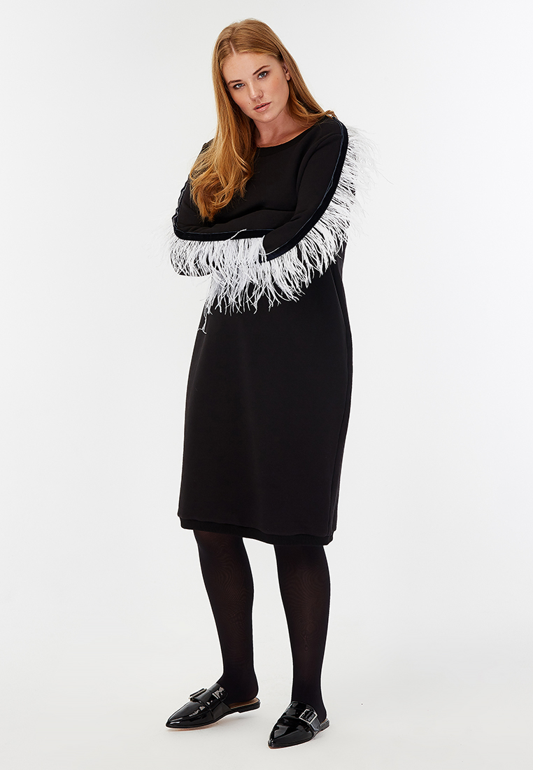 Платье свитшот LM-03 D07 01SALE %<br>Дух рождества врывается в город! Трикотажное платье-свитшот с О-образным вырезом и рукавами, декорированными перьями  - манифест свободы. А когда хочется немного спокойствия – перья можно легко отстегнуть и припрятать в изящную сумочку (поставляется в комплекте). Рукава по боку, отделаны темно-синей бархатной лентой. Одно платье - два образа, один - спокойный и лаконичный, в нем уместно прийти на работу, а когда на город опустятся зимние сумерки, достать из сумочки крылья ангела, ой - перья, пристегнуть их и выйти в ночь. Лимитированный новогодний тираж.Рост модели на фото 179 см, размер - 52 российский<br>