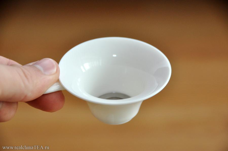 Чайное ситечко из фарфора.
